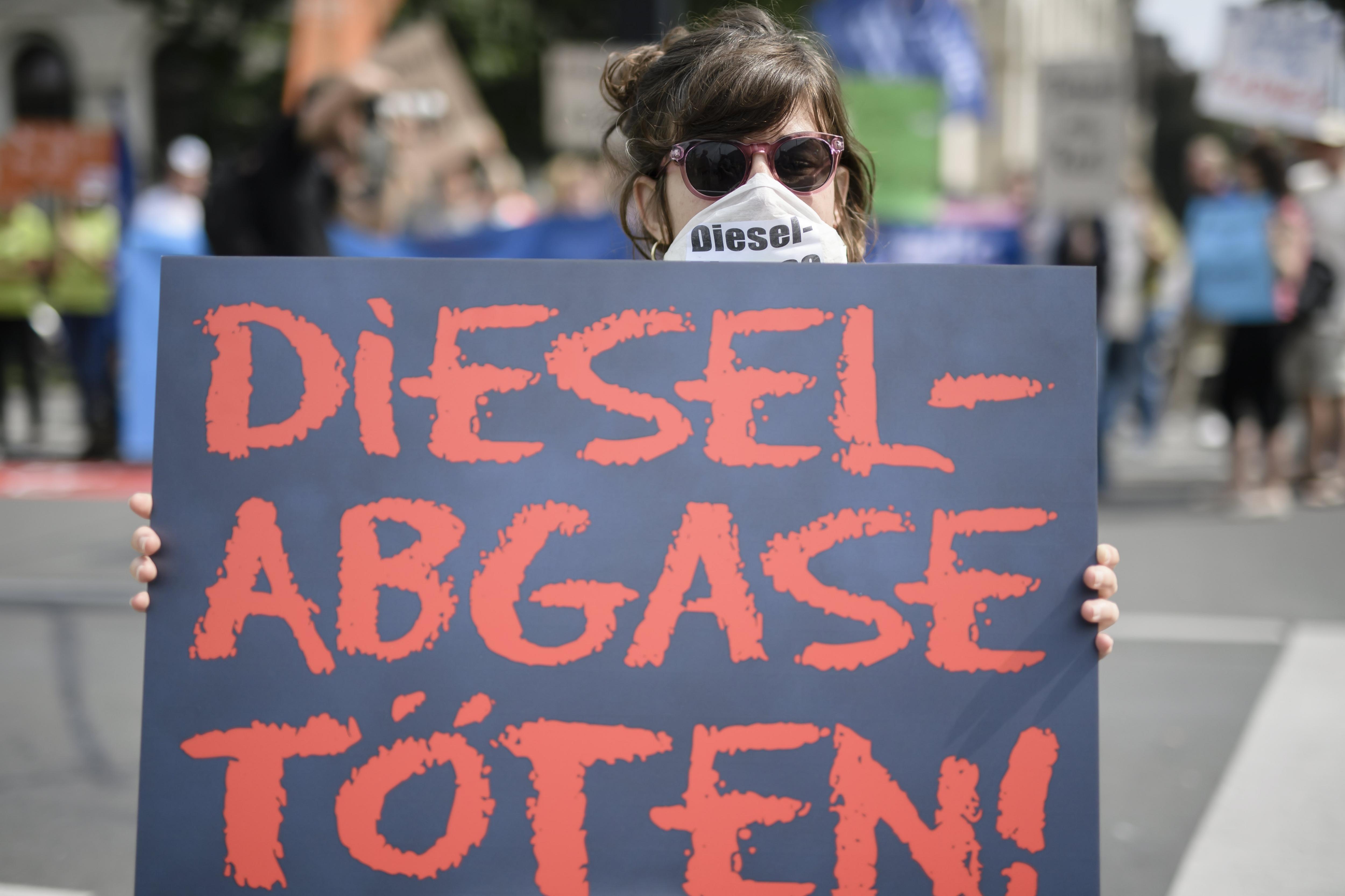"""Una activista sosté una pancarta en la qual es llegeix: """"L'emissió dièsel mata!"""", enfront de l'edifici del Ministeri de Transport a Berlín (Alemanya). /CLEMENS BILAN"""