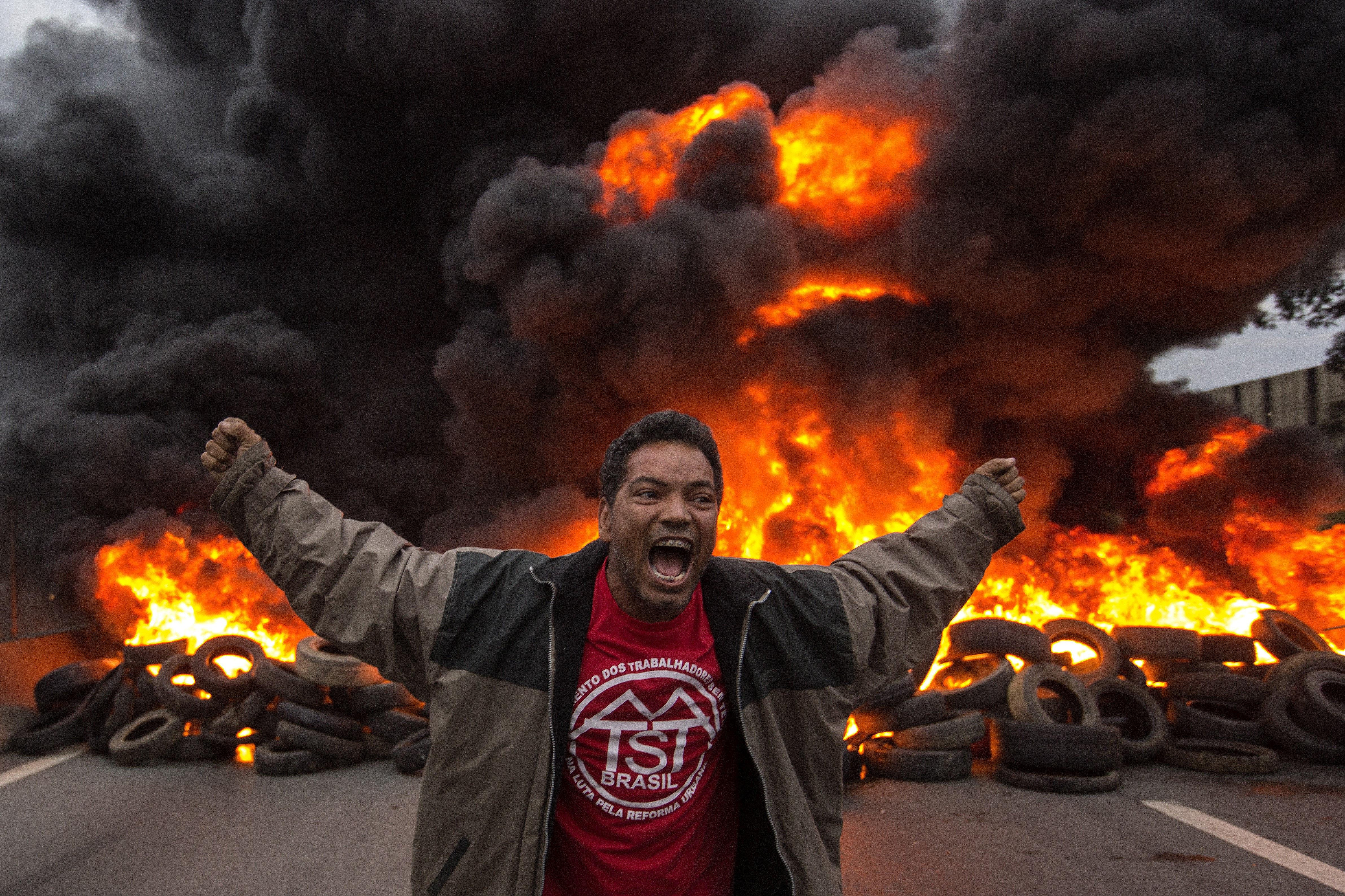 Militants del Moviment dels Treballadors Sense Sostre (MTST) bloquegen una carretera a la ciutat de Guarulhos (Brasil), durant una protesta contra el president Michel Témer. /SEBASTIAO MOREIRA