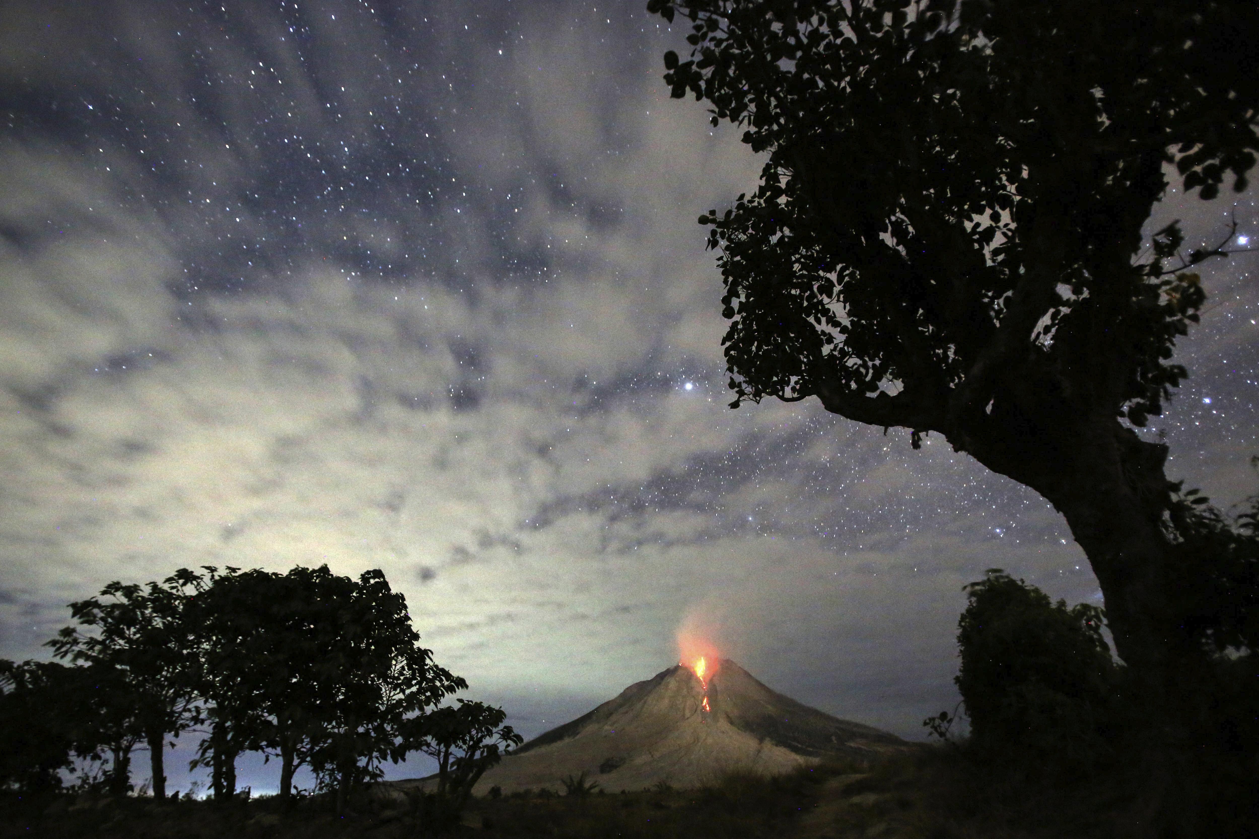 Vista del volcà Sinabung, un dels més actius de l'illa indonèsia de Sumatra, que roman en erupció. /DEDI SINUHAJI