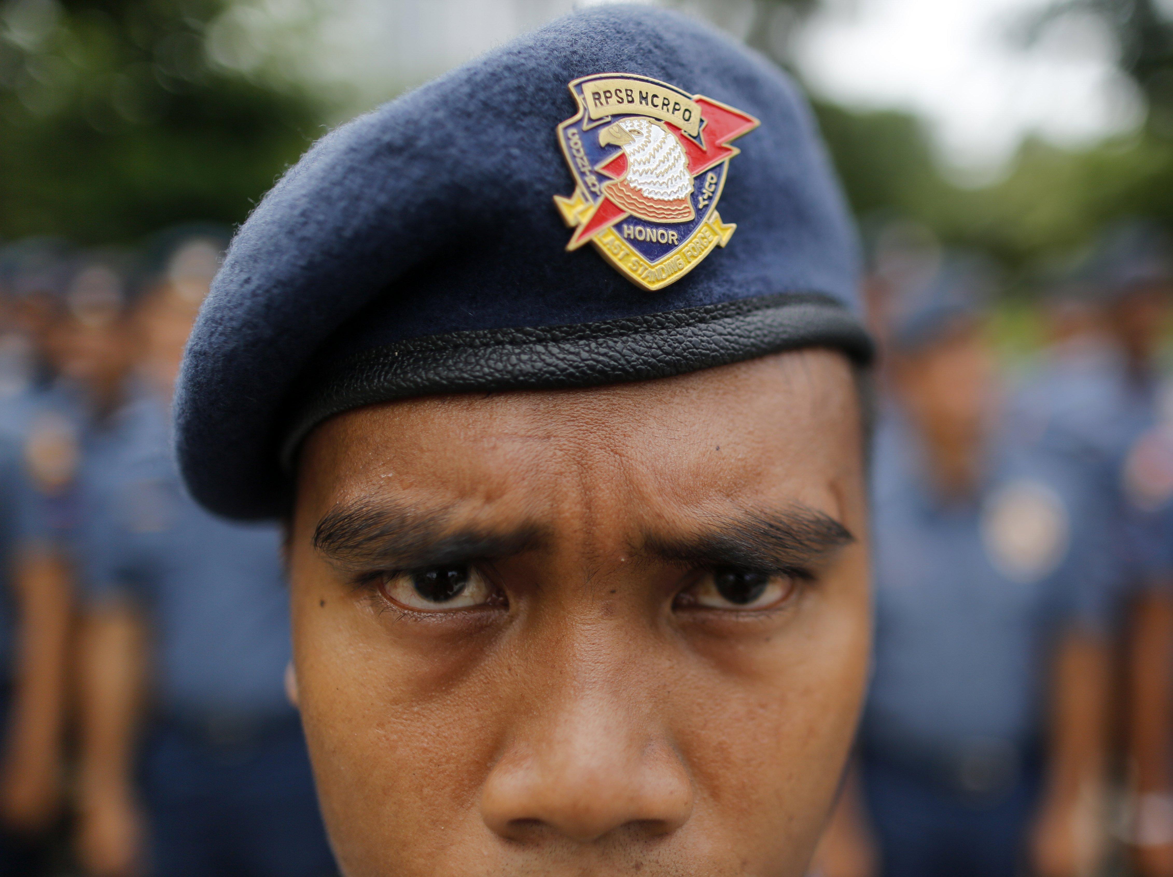 Un policia antidisturbis fa guàrdia en el lloc on es duu a terme la reunió de ministres d'Exteriors de l'Endrecen (AMM) a Filipines. /FRANCIS R. MALASIG