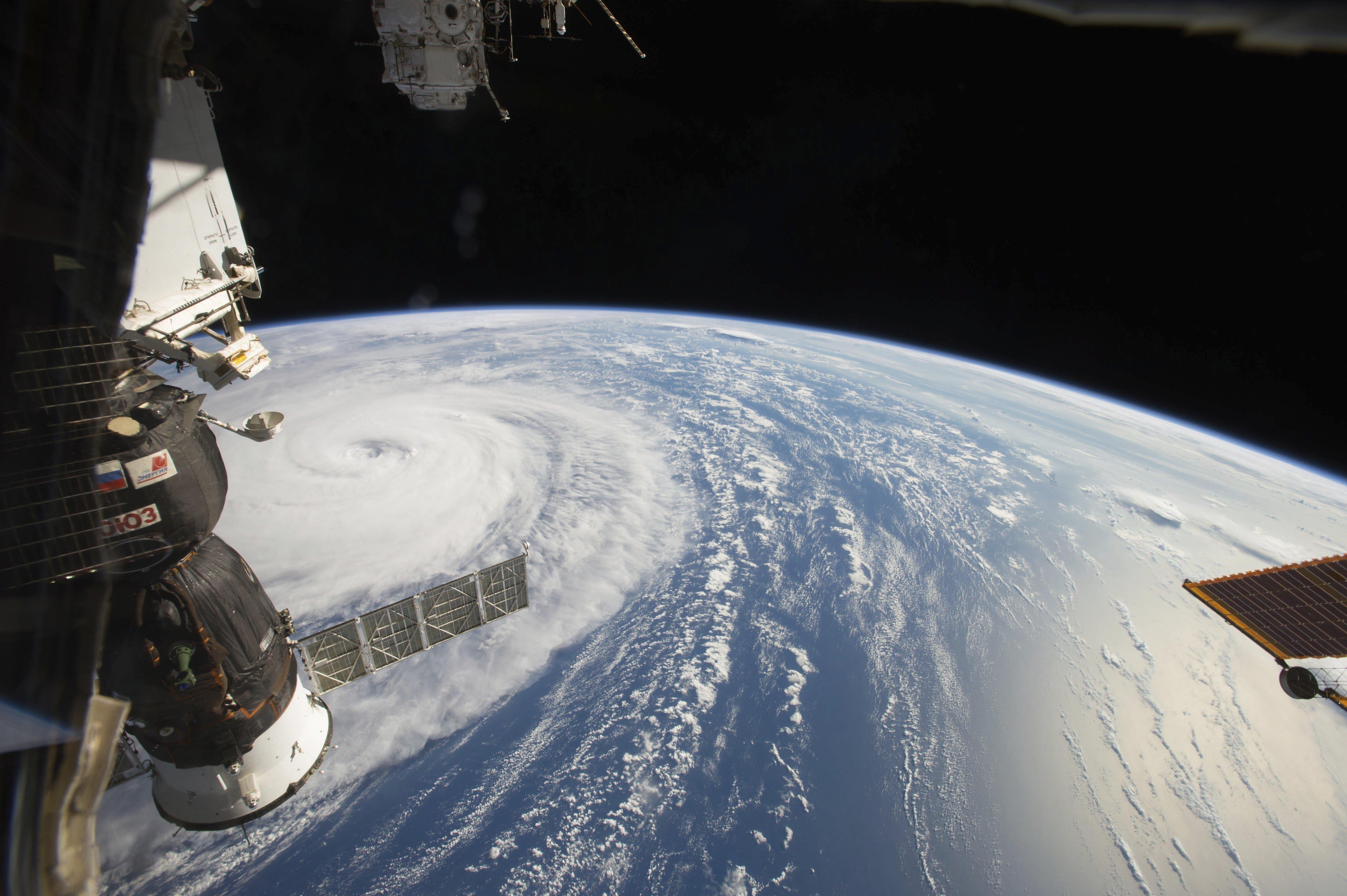 Fotografia presa des de l'Estació Espacial Internacional i facilitada per la NASA, que mostra El Tifó Noru al nord de l'Oceà Pacífic. /RANDY BRESNIK