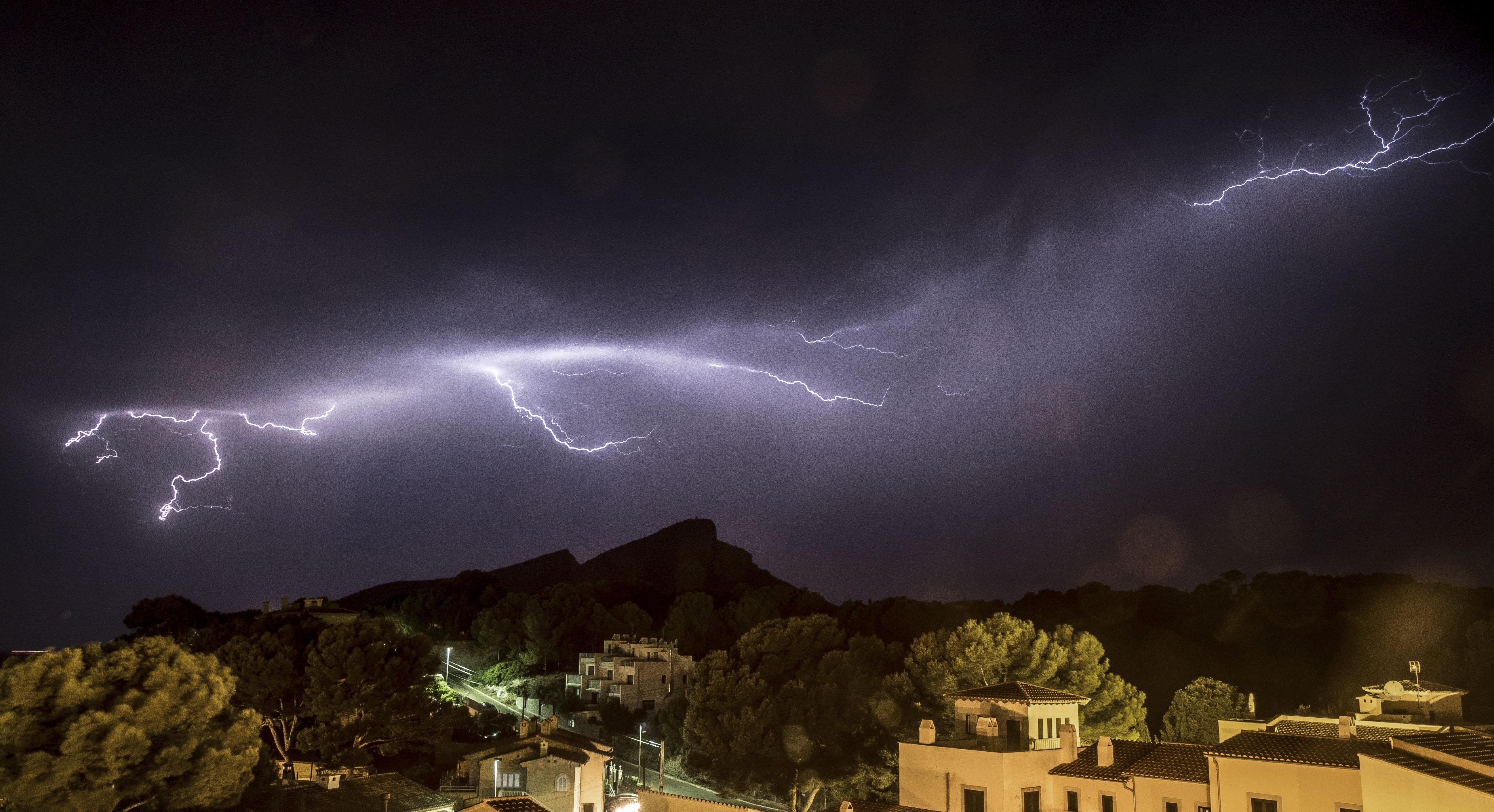Vista d'un dels centenars de llamps que han caigut aquesta matinada a Sant Elm, Andratx, a l'illa de Mallorca. /CATI CLADERA