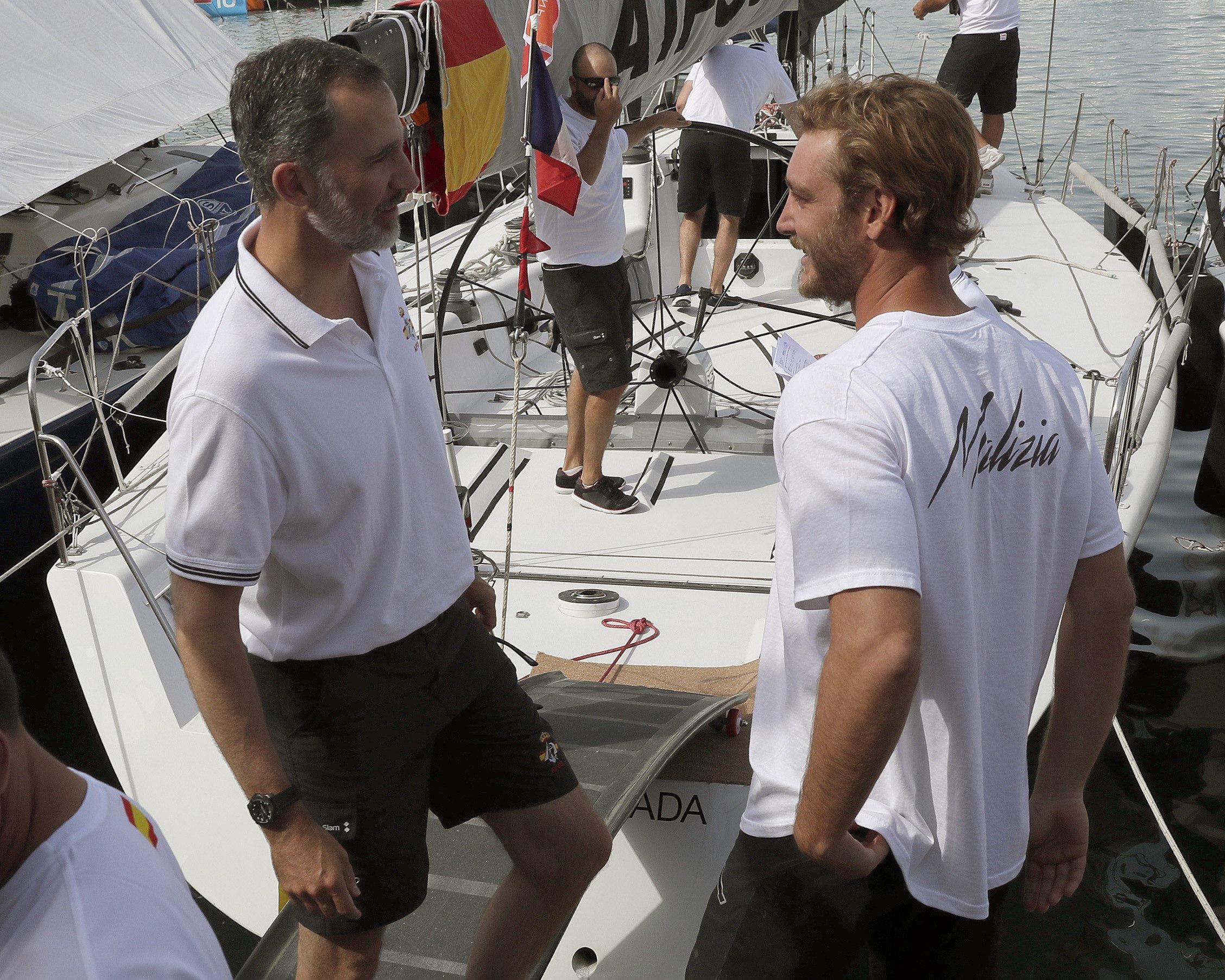 El rei Felip VI, que capitaneja la tripulació de l'Aifos', conversa amb Pierre Casiraghi (d), patró del Malizia, en el Club Nàutic de Palma. /BALLESTEROS