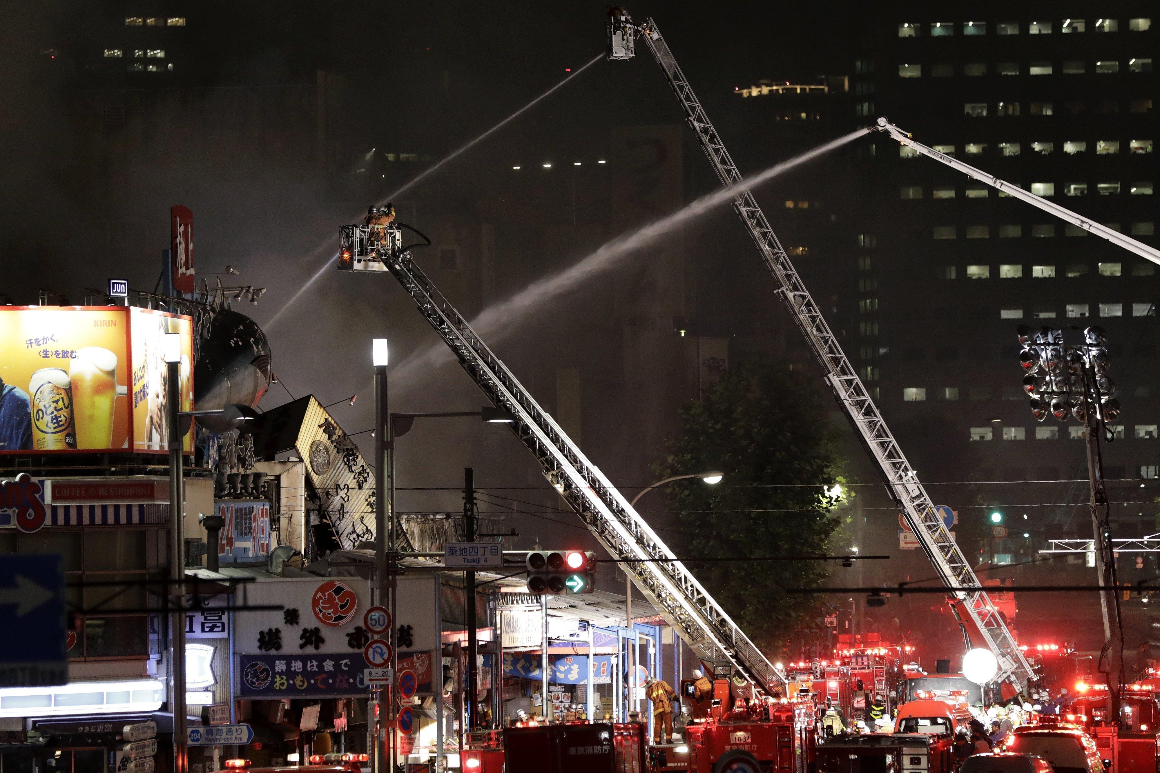 Els bombers treballen en l'extinció d'un incendi al mercat de peix de Tsukiji a Tòquio (Japó). /KIYOSHI OTA