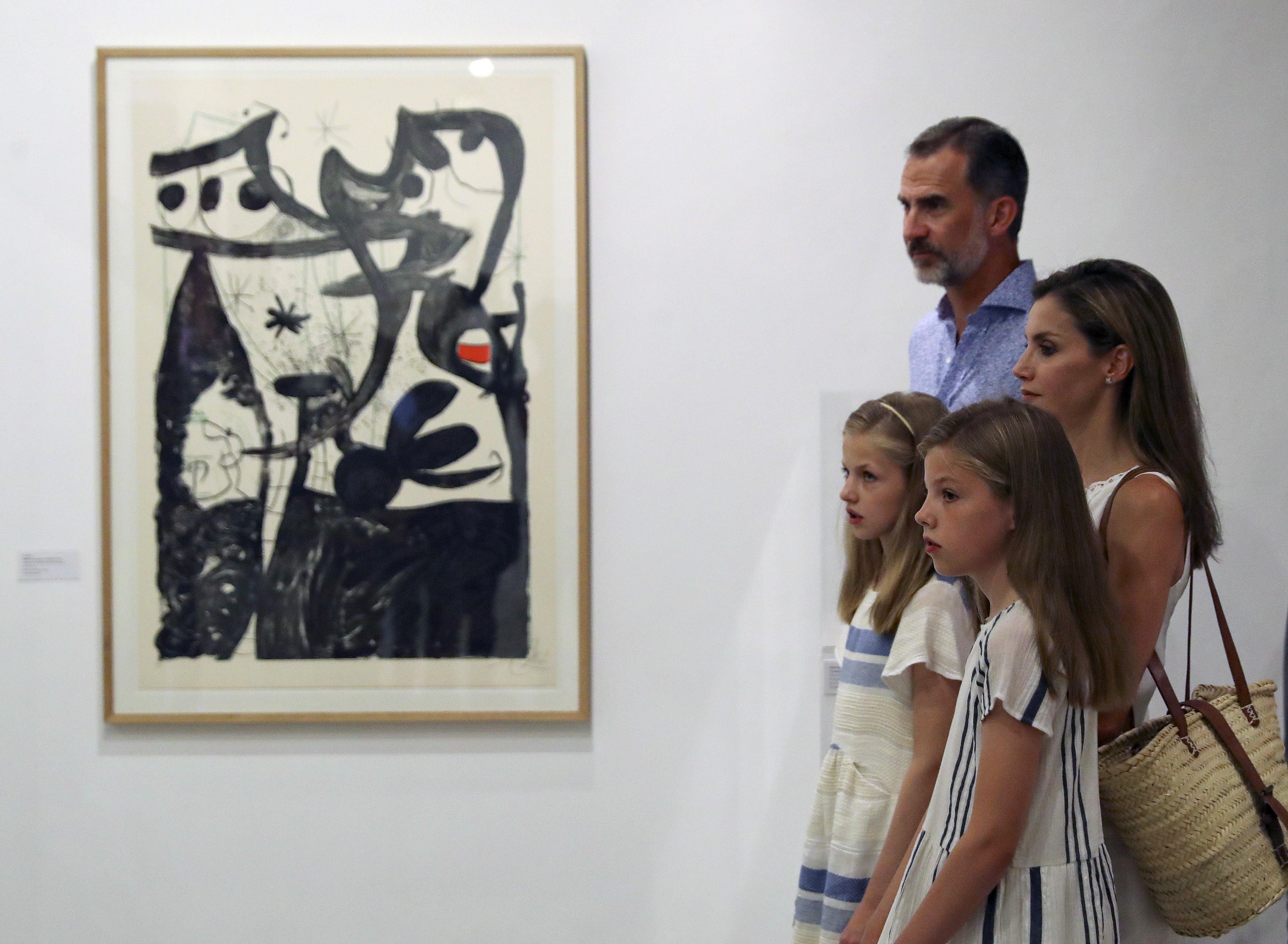 Els Reis i les seves filles, Leonor i Sofia, durant la seva visita al museu modernista Can Prunera, a Sóller. /BALLESTEROS
