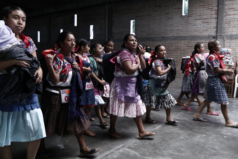 """Dones mexicanes es preparen per competir en la """"Carrera de la tortilla"""" a Santa María Coapan en Tehuacán (Mèxic). /HUGO ORTUNO"""