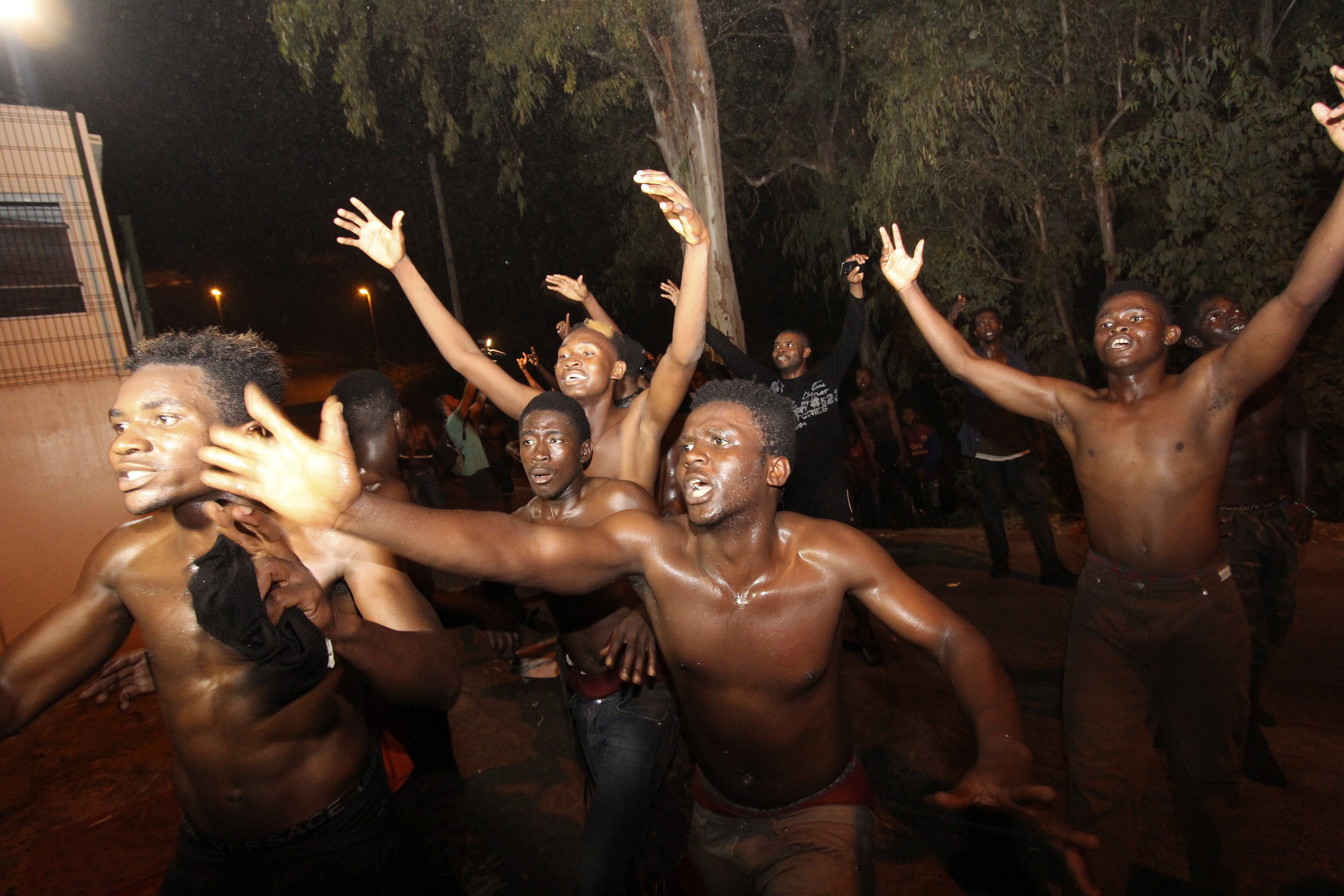 Dos-cents immigrants subsaharians aconsegueixen creuar el pas fronterer de Tarajal, a Ceuta. /REDUAN