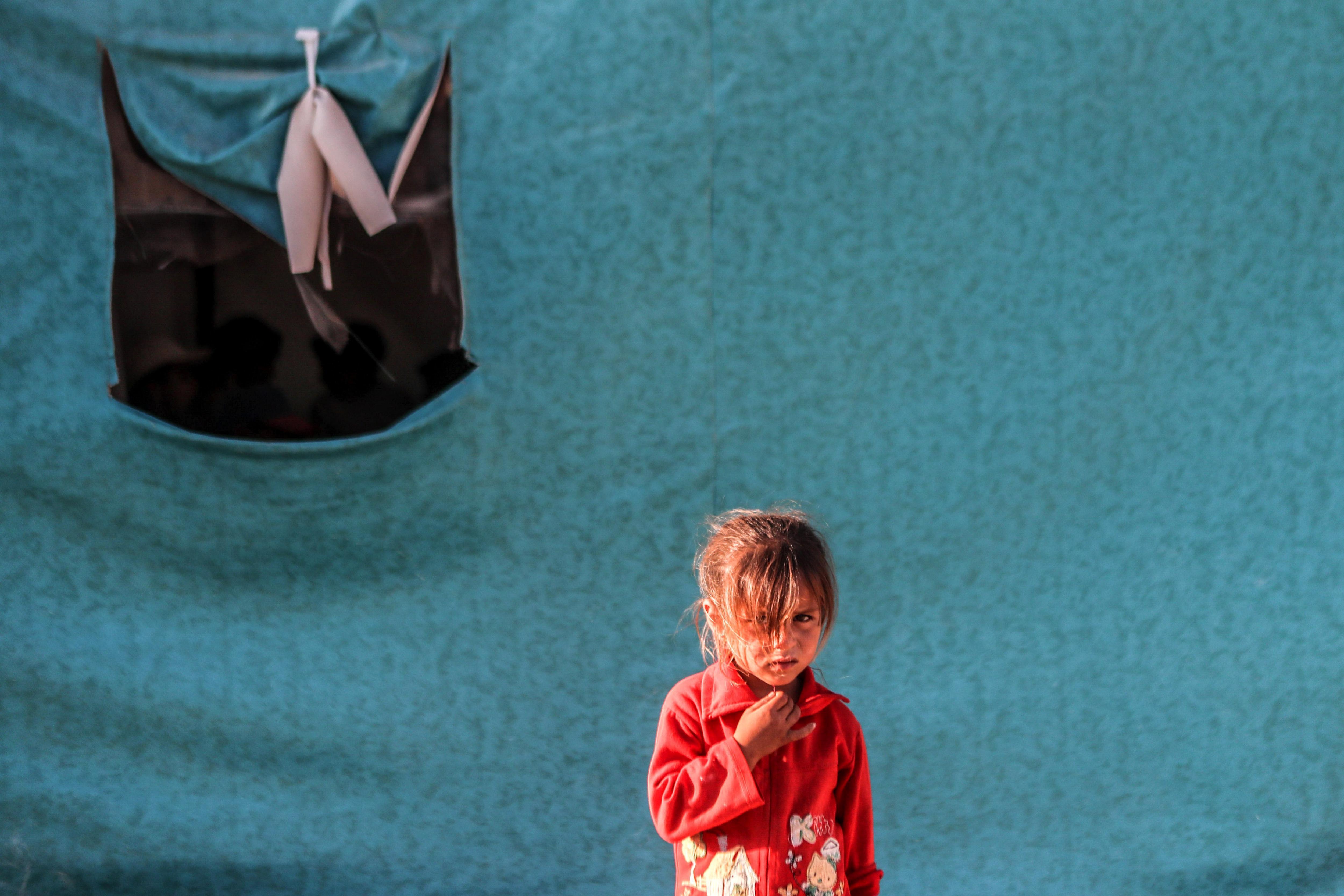 Una nina observa el fotògraf en un campament a la ciutat del-Asha'ari (Síria). /MOHAMMED BADRA
