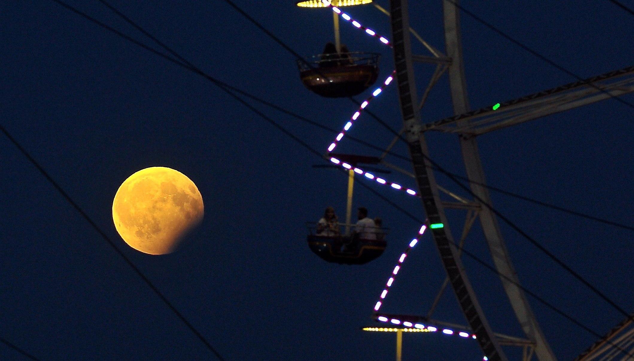 Vista de l'eclipsi de lluna parcial a Szczecin (Polònia). /MARCIN BIELECKI