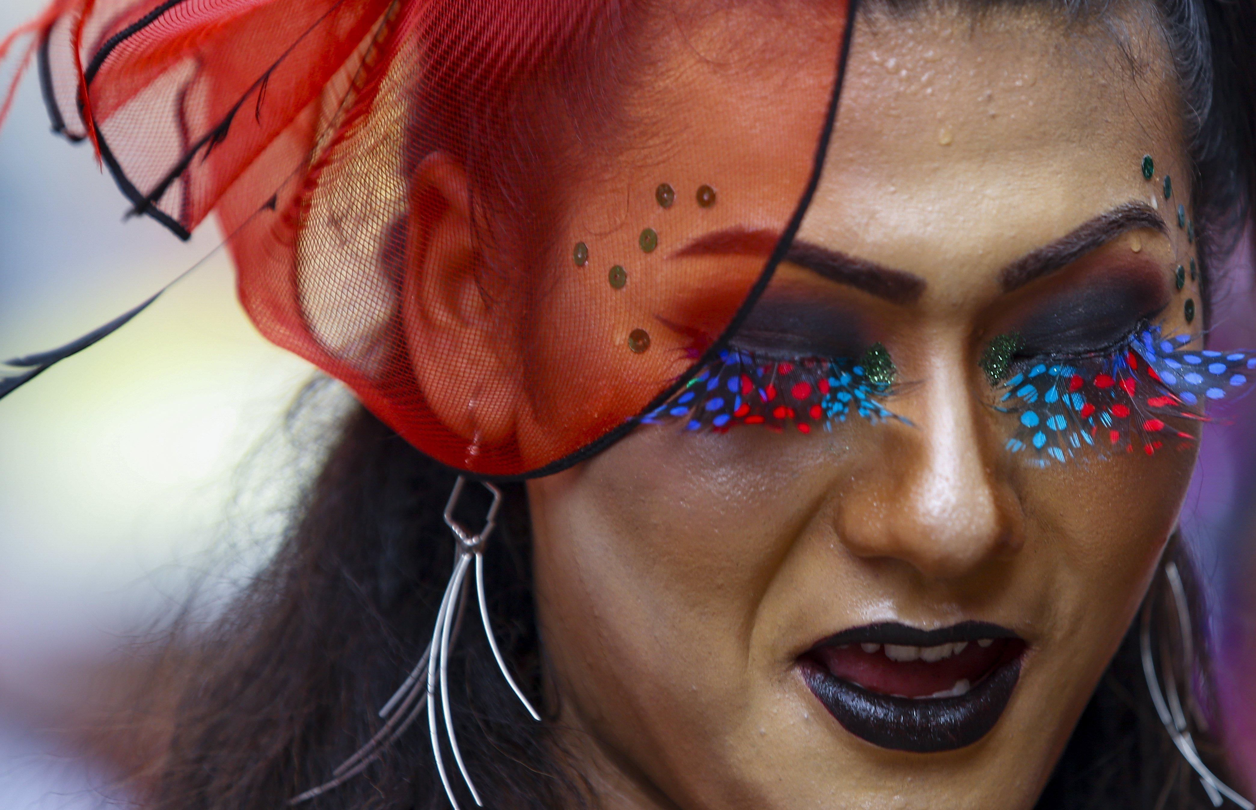 Una persona participa en la 14 edició de la desfilada de l'Orgull LGTB a Kàtmandu (Nepal). /NARENDRA SHRESTHA