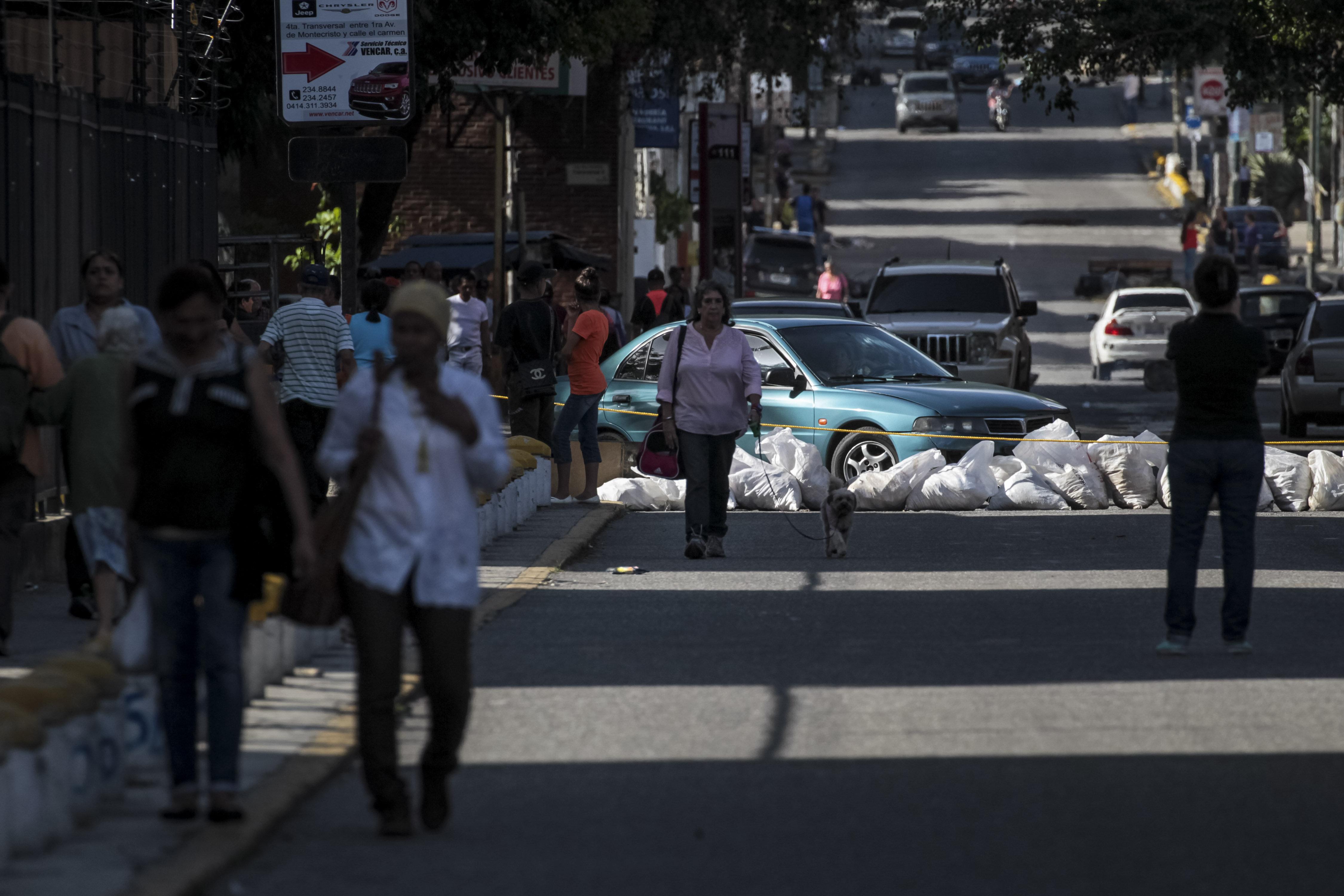 Opositors bloquegen diferents carrers durant una manifestació a Caracas (Veneçuela). /MIGUEL GUTIERREZ