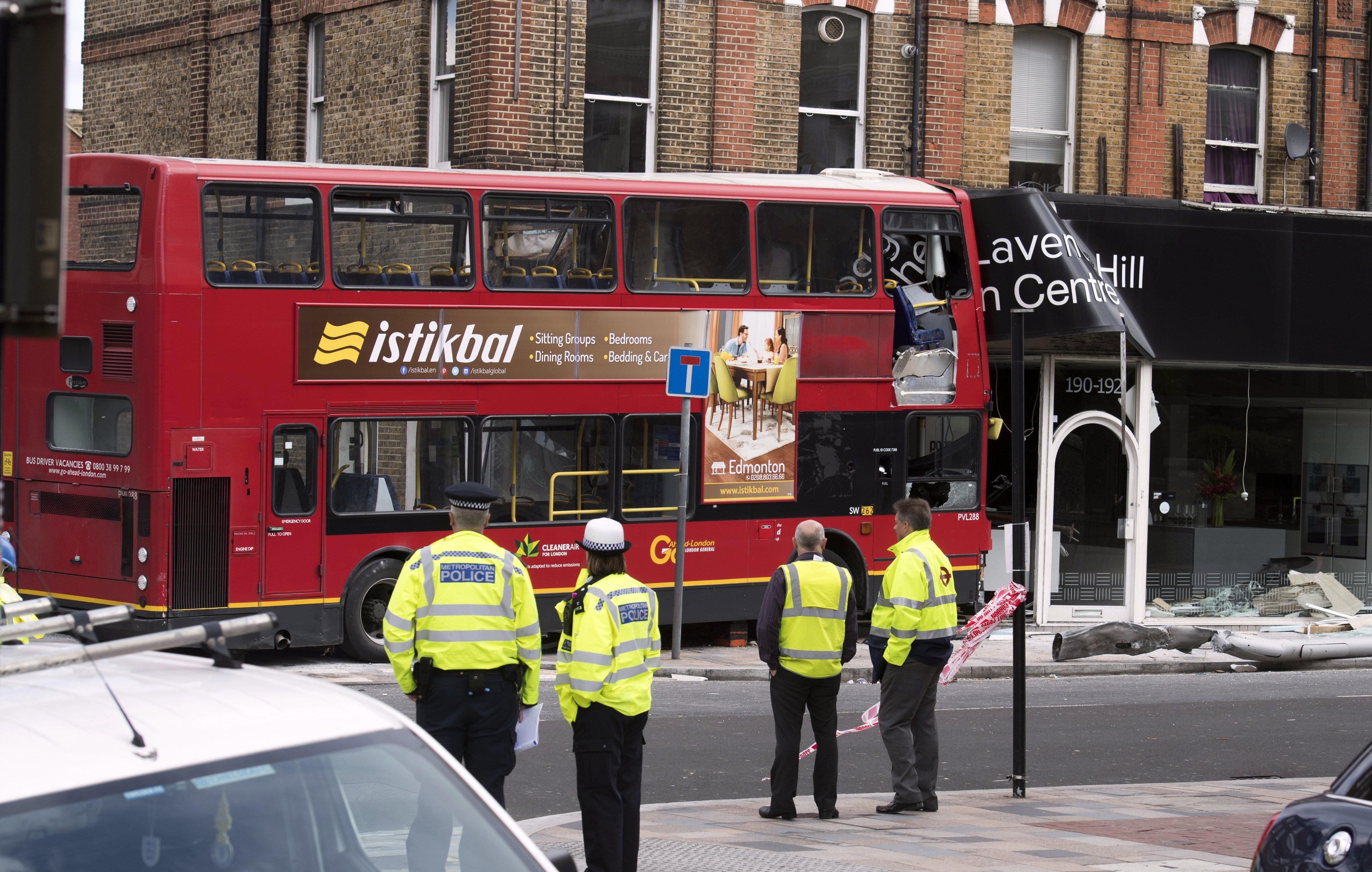Un autobús de dos pisos ha col·lidit contra una tenda a Calpham, al sud de Londres, Regne Unit. /WILL OLIVER
