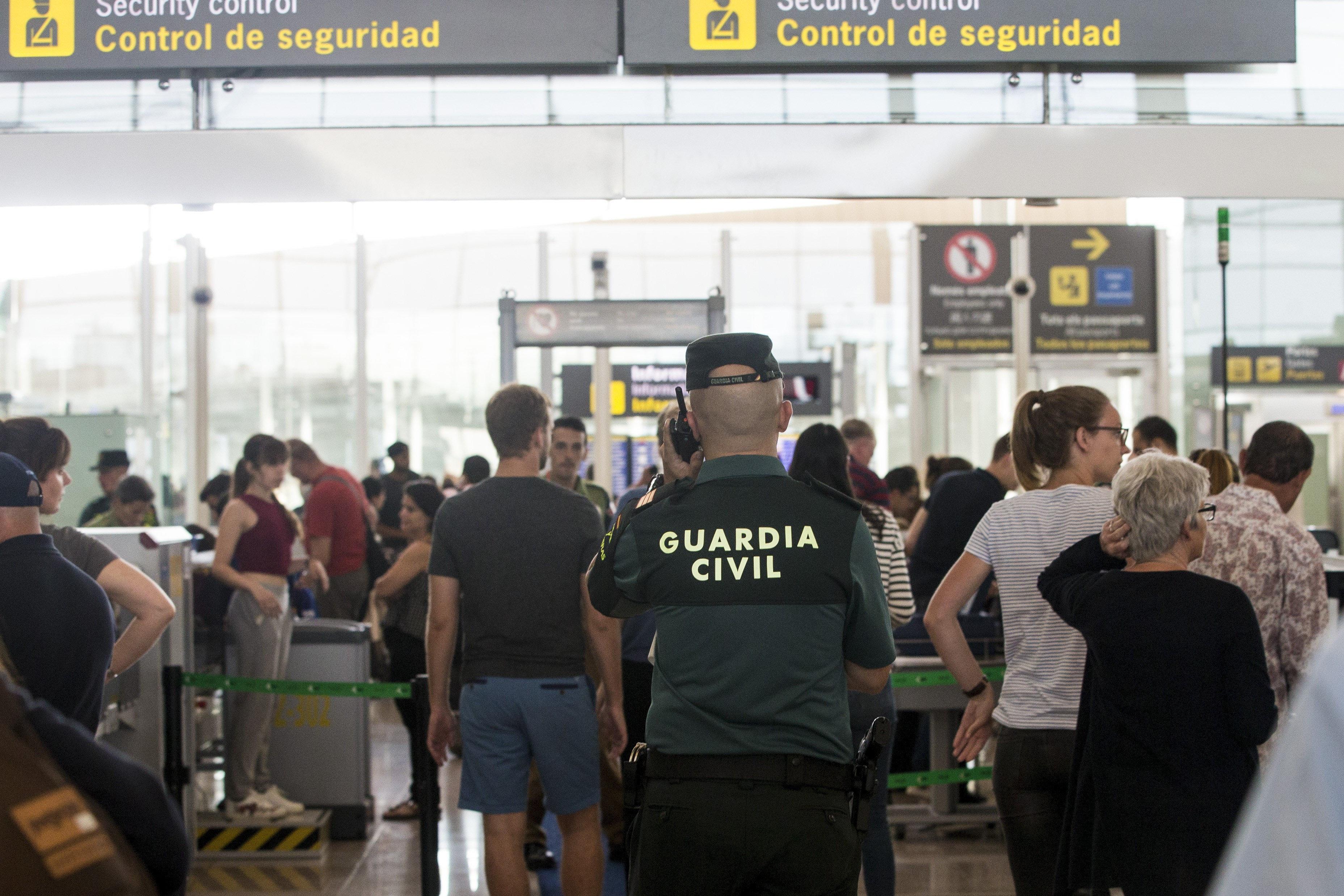 L'aeroport de Barcelona-El Prat ha tornat a registrar cues de fins a una hora en els controls de seguretat, especialment a primera hora del matí, a causa de la vaga que duen a terme els treballadors d'Eulen. /QUIQUE GARCÍA