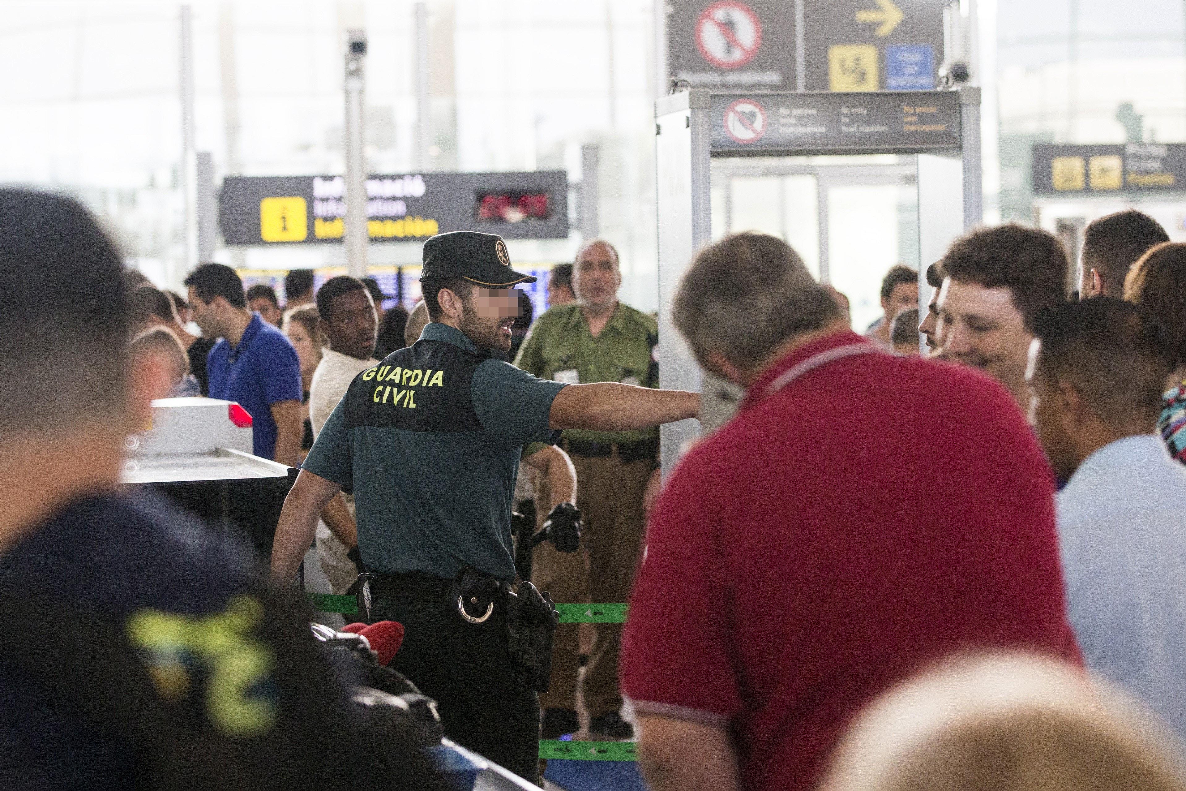 Agents de la Guàrdia Civil custodien els accessos a les portes d'embarcament a l'aeroport de Barcelona després d'iniciar-se la vaga indefinida dels treballadors d'Eulen. /QUIQUE GARCÍA