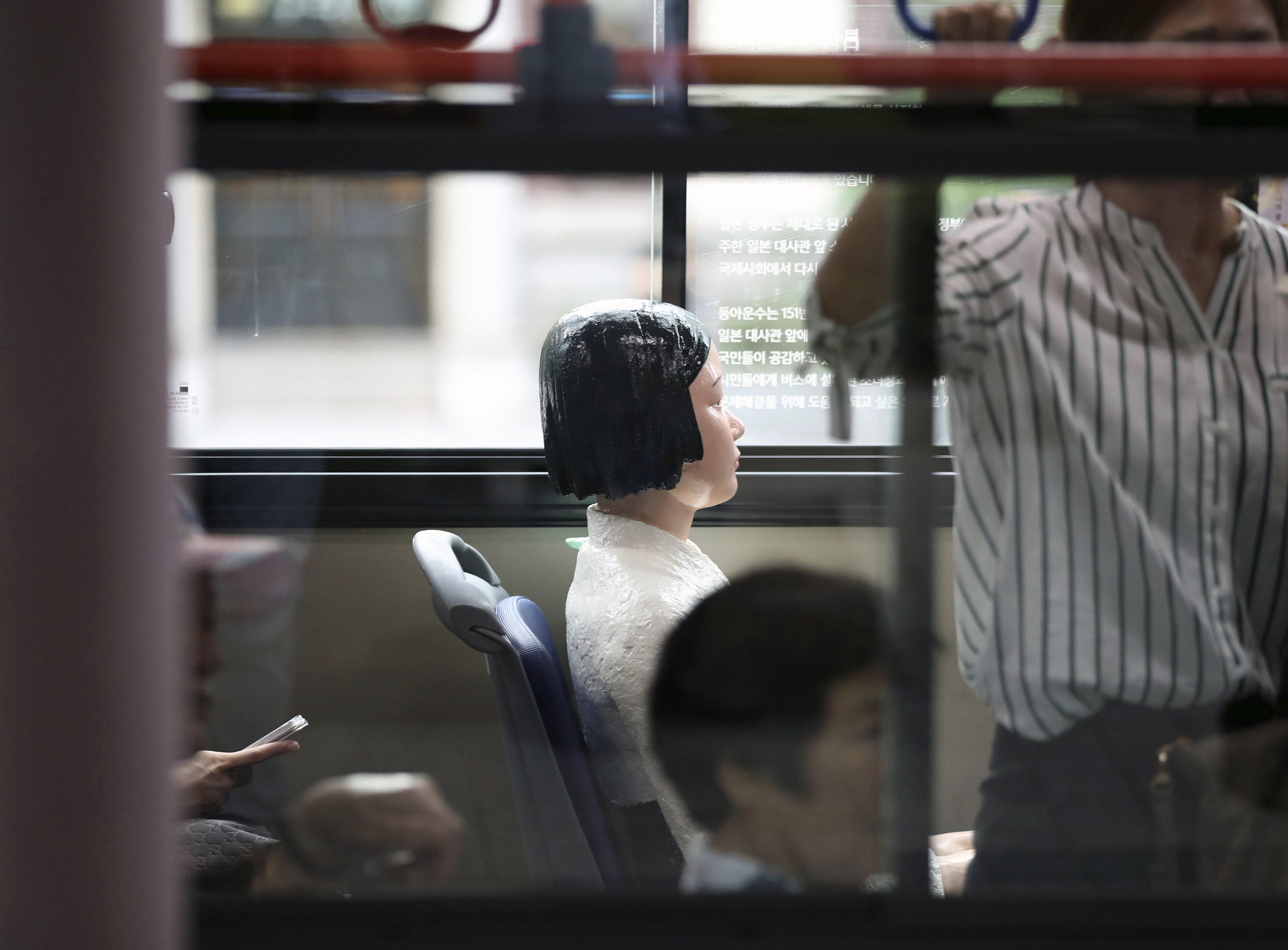Una escultura que simbolitza una de les anomenades 'dones confort' en un autobús a Seül (Corea del Sud). /YONHAP