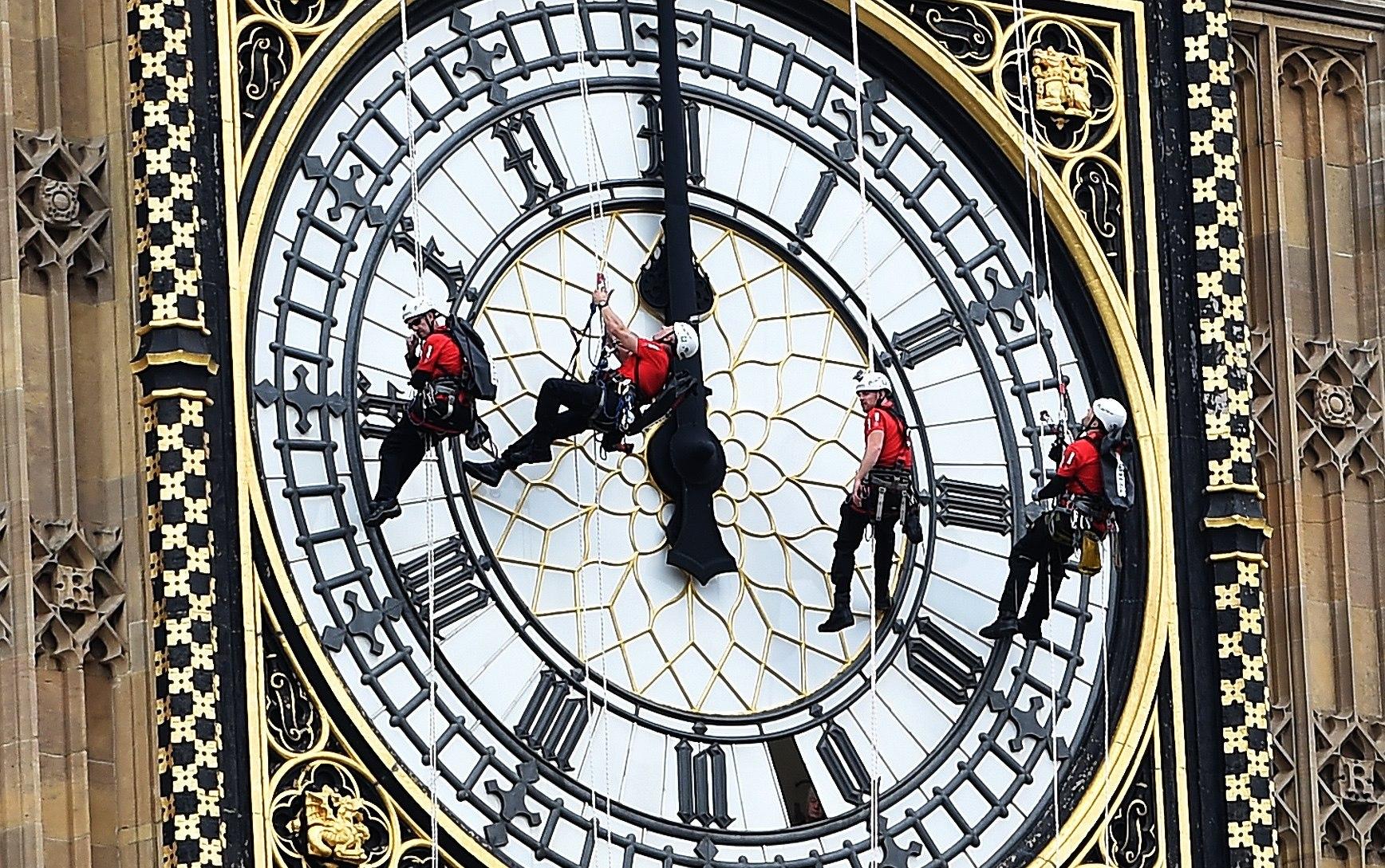 Diverses persones baixen per l'esfera del Big Ben, que serà silenciat el que resta de l'any a causa de reparacions urgents, Londres. (Regne Unit). /ANDY RAIN