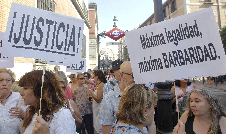 Plataformes de suport a Juana Rivas protesten davant el Ministeri de Justícia de Madrid per assegurar la protecció dels seus fills. /DARWIN CARRIÓN