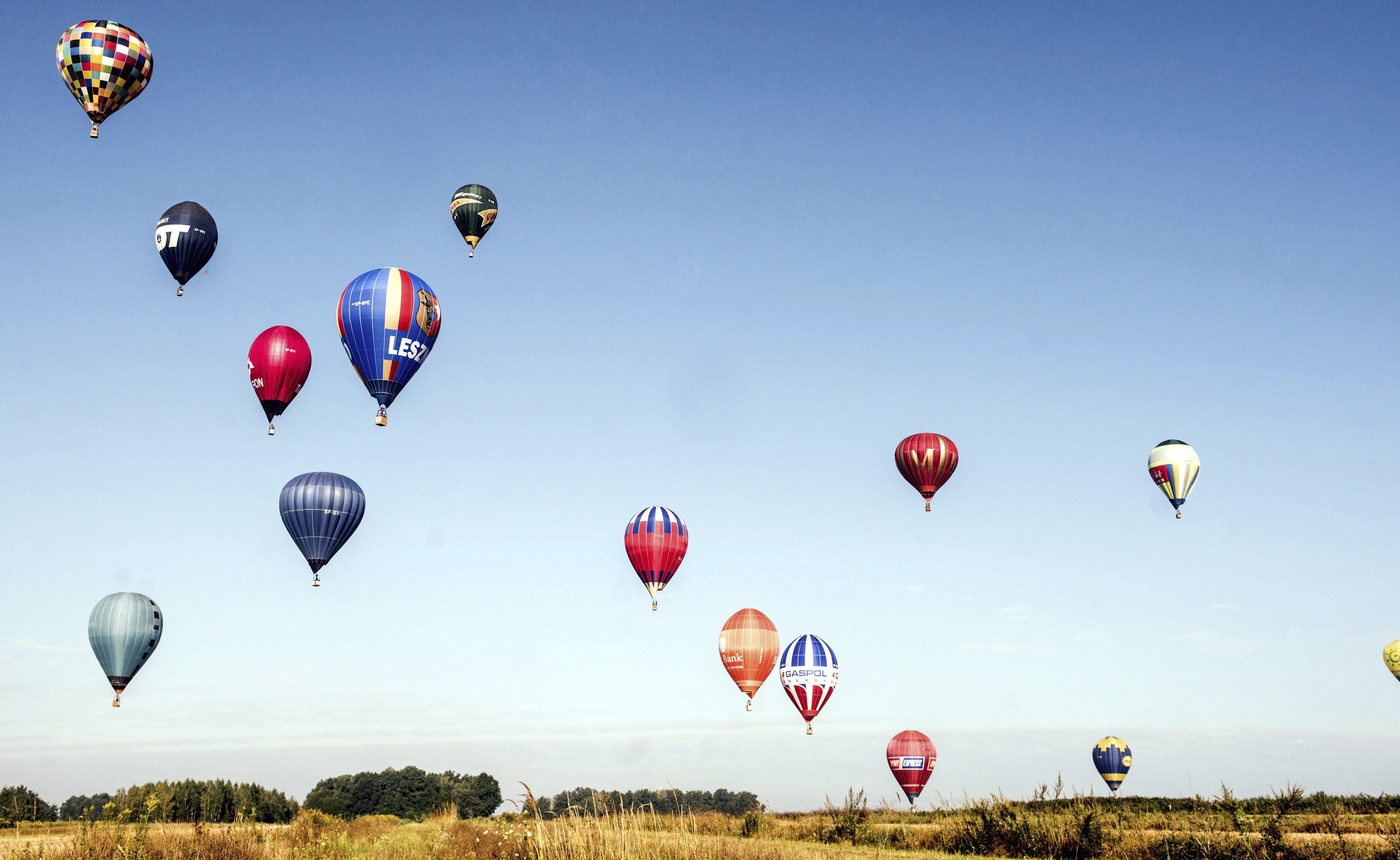 Globus aerostàtics s'enlairen durant una competició a Naleczow (Polònia). /TOMASR KORYSZKO