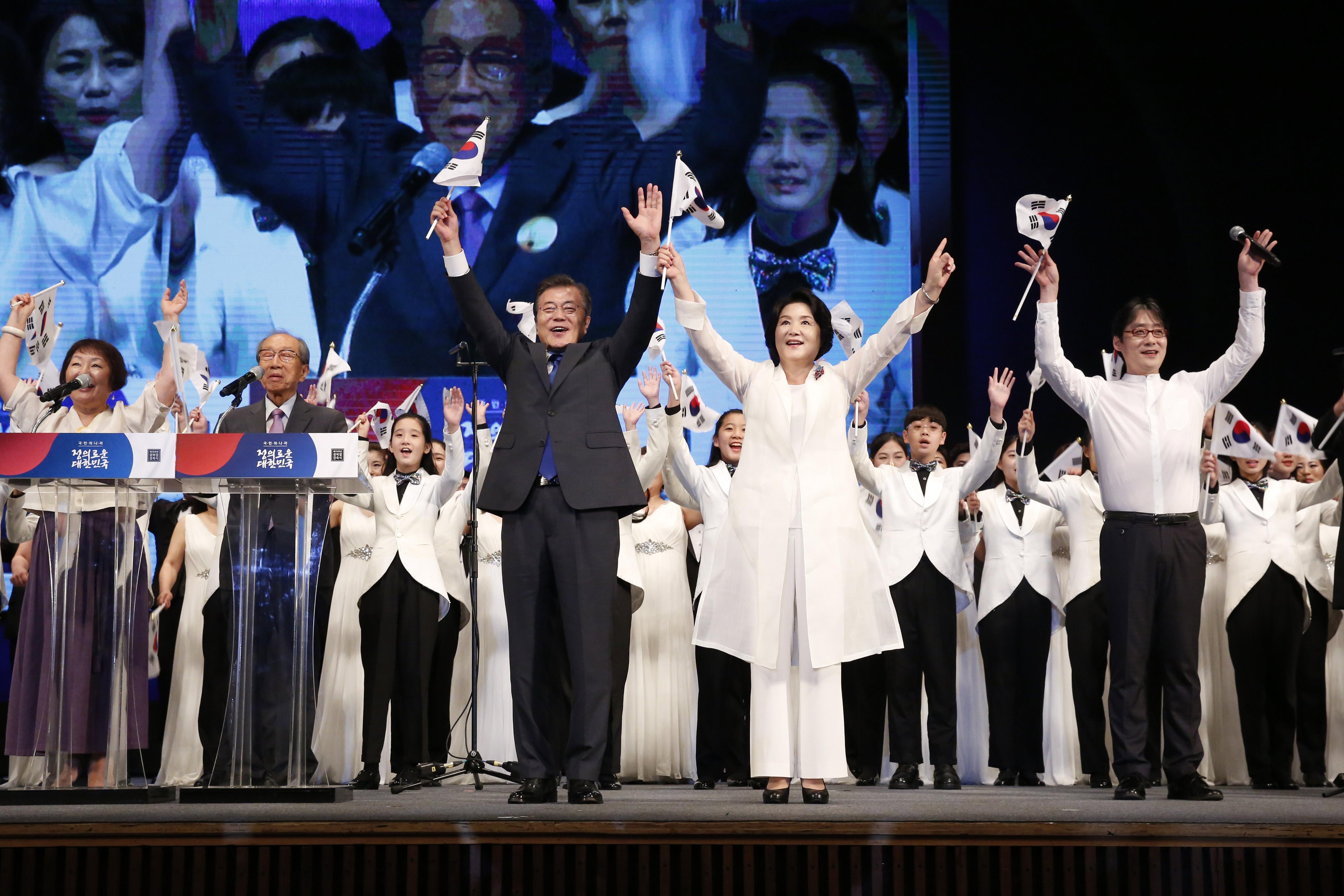 El president de Corea del Sud, Moon Jae-In, i la primera dama Kim Jeong-Suk, animen pel seu país durant les celebracions del 72è aniversari de la independència de Corea del domini colonial japonès en 1945 avui, dimarts 15 d'agost de 2017, a Seül. JEON HEON-KYUN /POOL