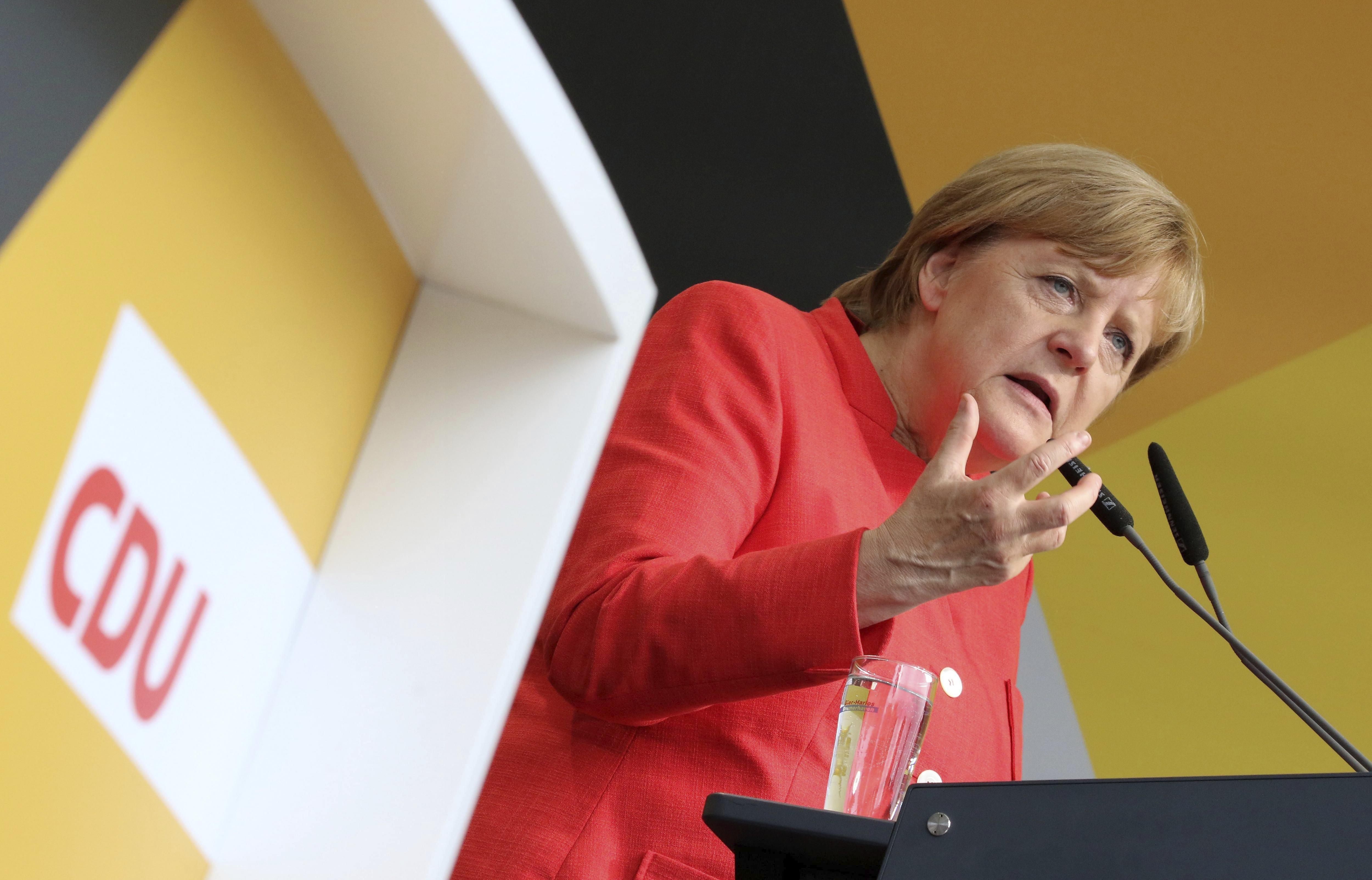 La canceller alemanya i presidenta de la Unió Cristianodemòcrata (CDU), Angela Merkel, pronuncia un discurs durant un acte electoral celebrat en Cuxhaven, Alemanya, el 15 d'agost del 2017. El proper 24 de setembre se celebren eleccions generals. /Focke Strangmann