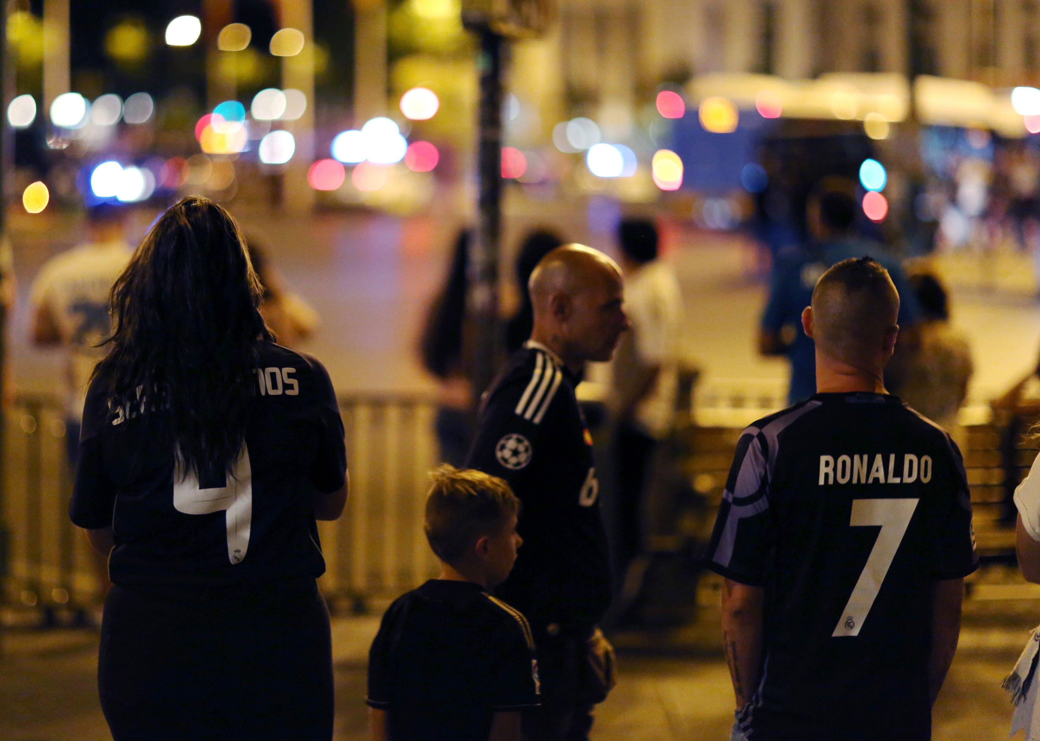 Aficionats del Reial Madrid s'han acostat a la font de Cibeles, després de guanyar la desena Supercopa d'Espanya. /JAVIER LÓPEZ