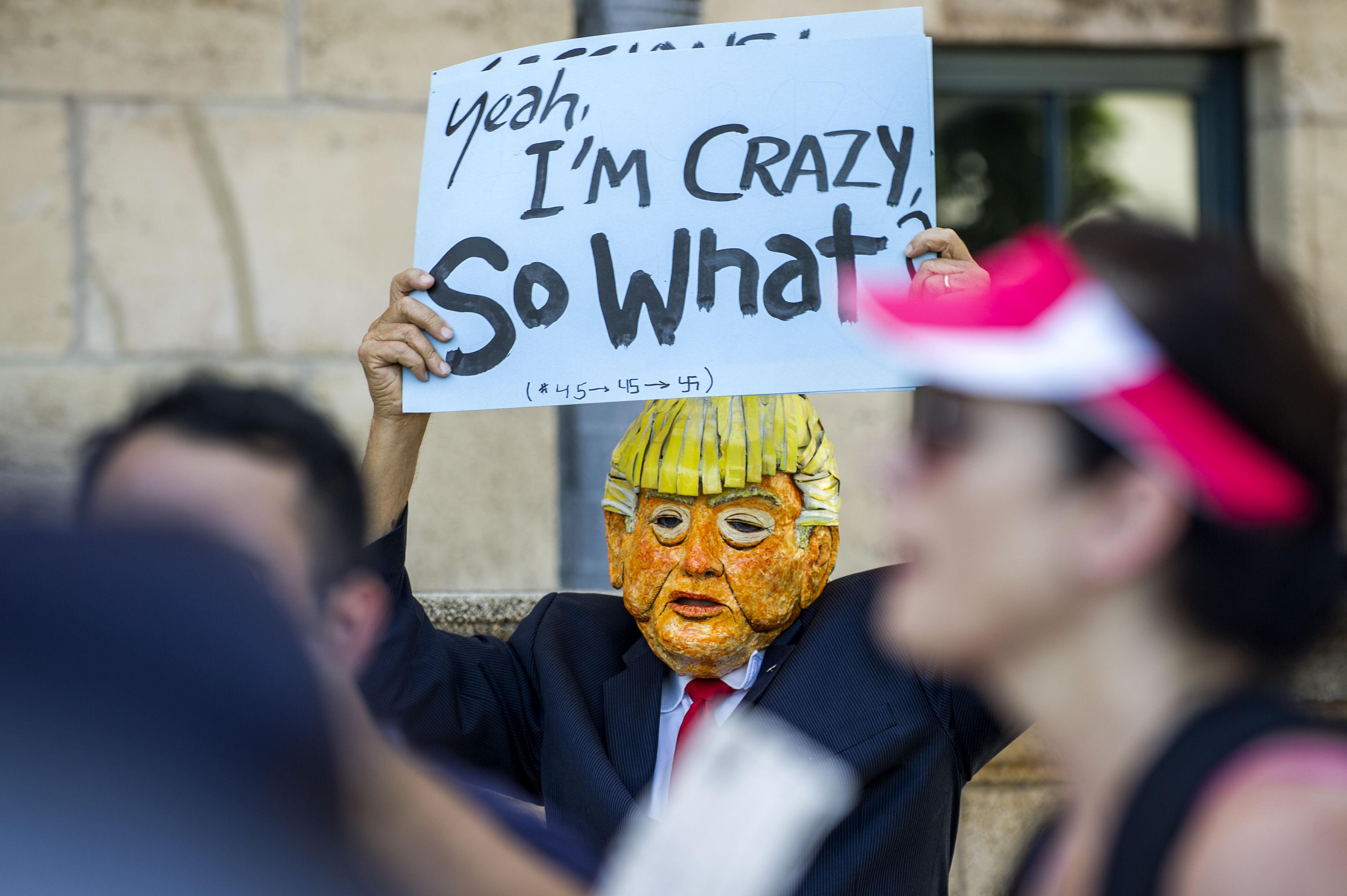 Manifestants protesten contra les polítiques migratòries del govern de Donald Trump, durant la visita del fiscal general, Jeff Sessions, a la ciutat de Miami, Florida (EUA). /GIORGIO VIERA