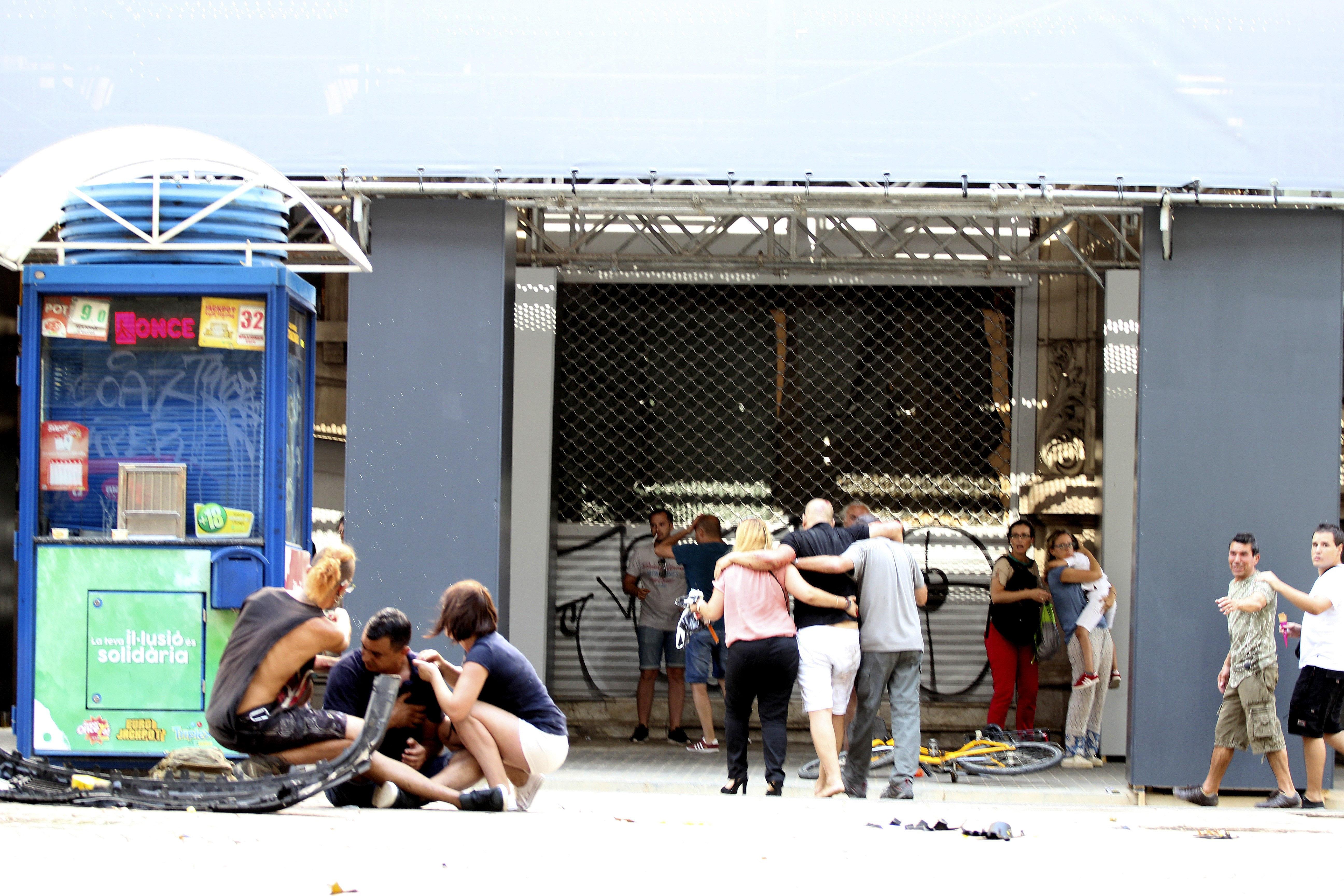 Diverses persones són ateses a les Rambles de Barcelona. /DAVID ARMENGOU