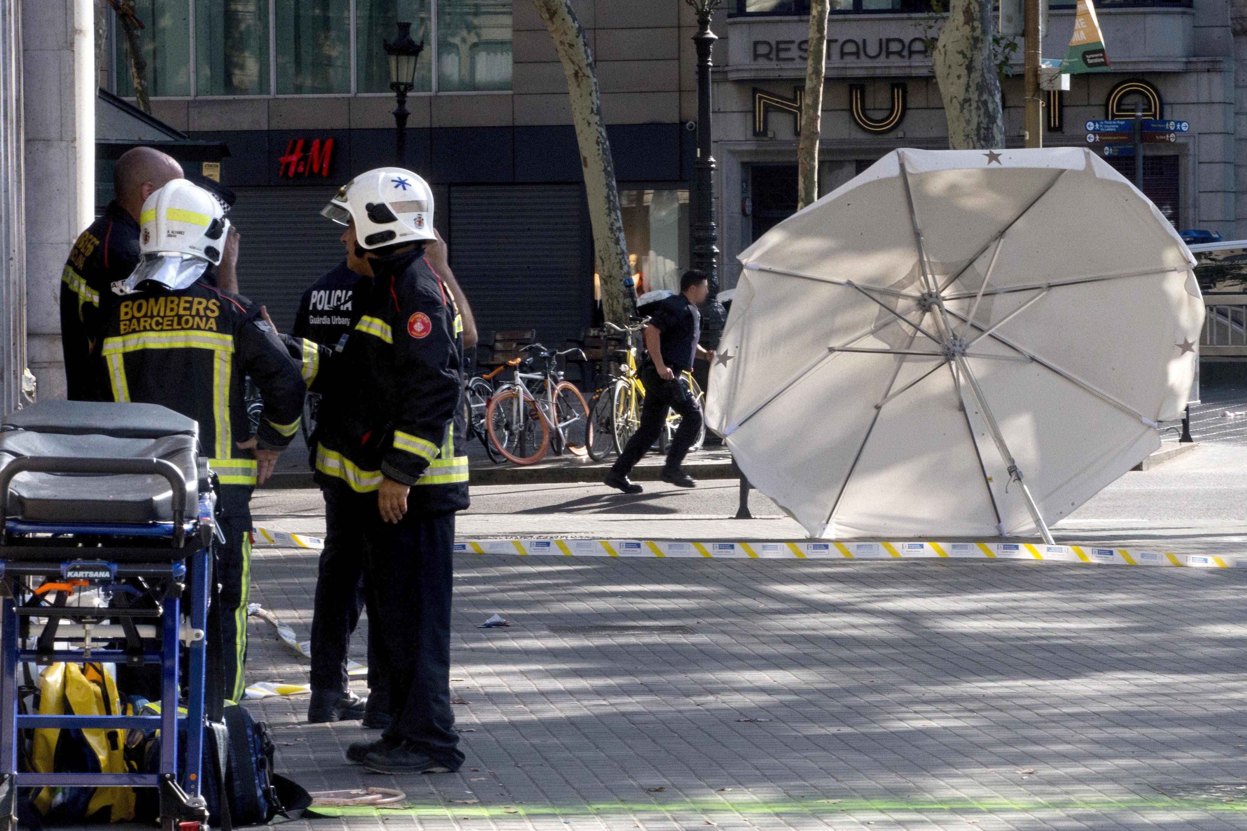 Efectius policials en el lloc de l'atemptat ocorregut a les Rambles de Barcelona. /QUIQUE GARCIA