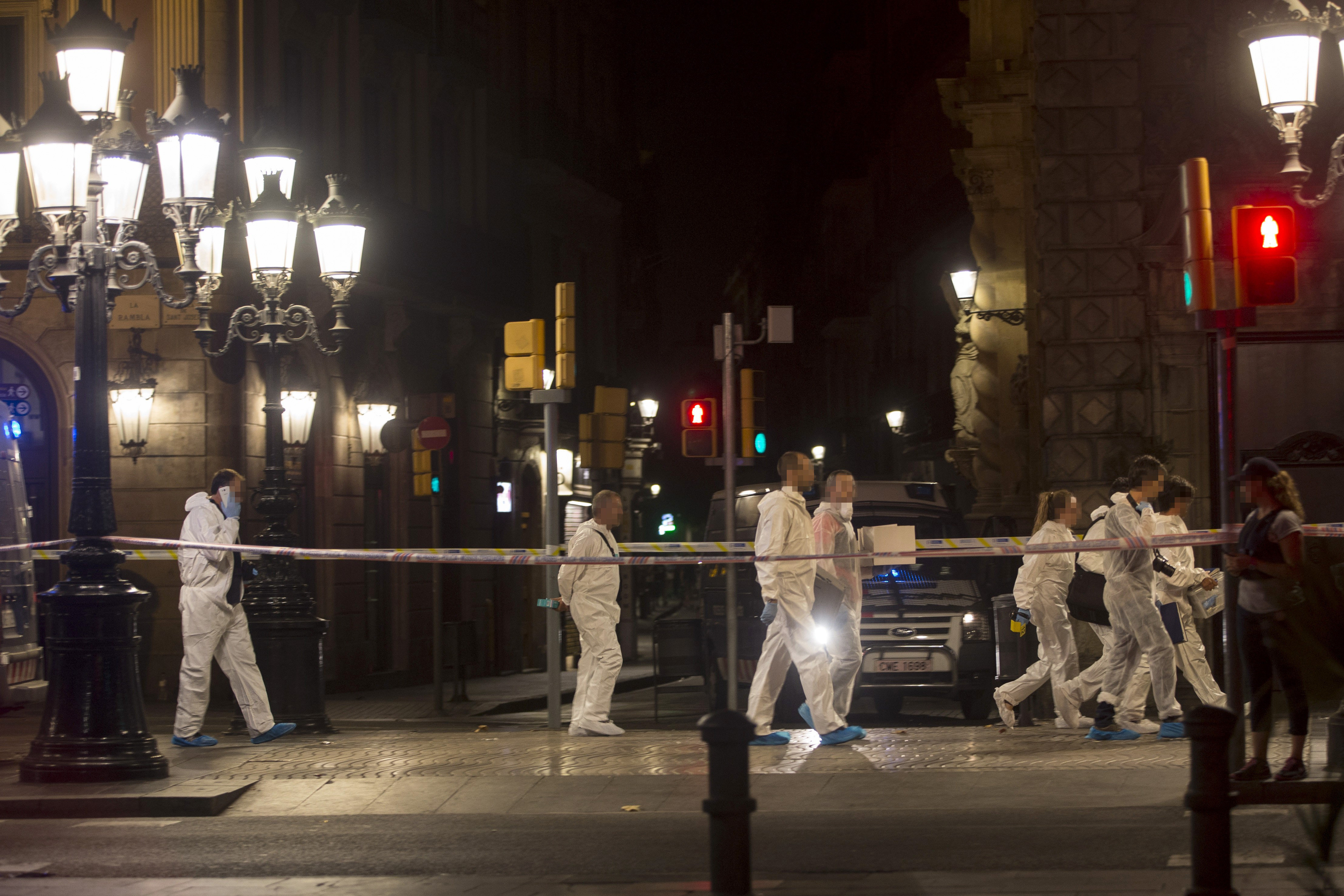 Mossos, de la brigada científica, treballen en el lloc de l'atemptat contra les Rambles de Barcelona. /QUIQUE GARCÍA