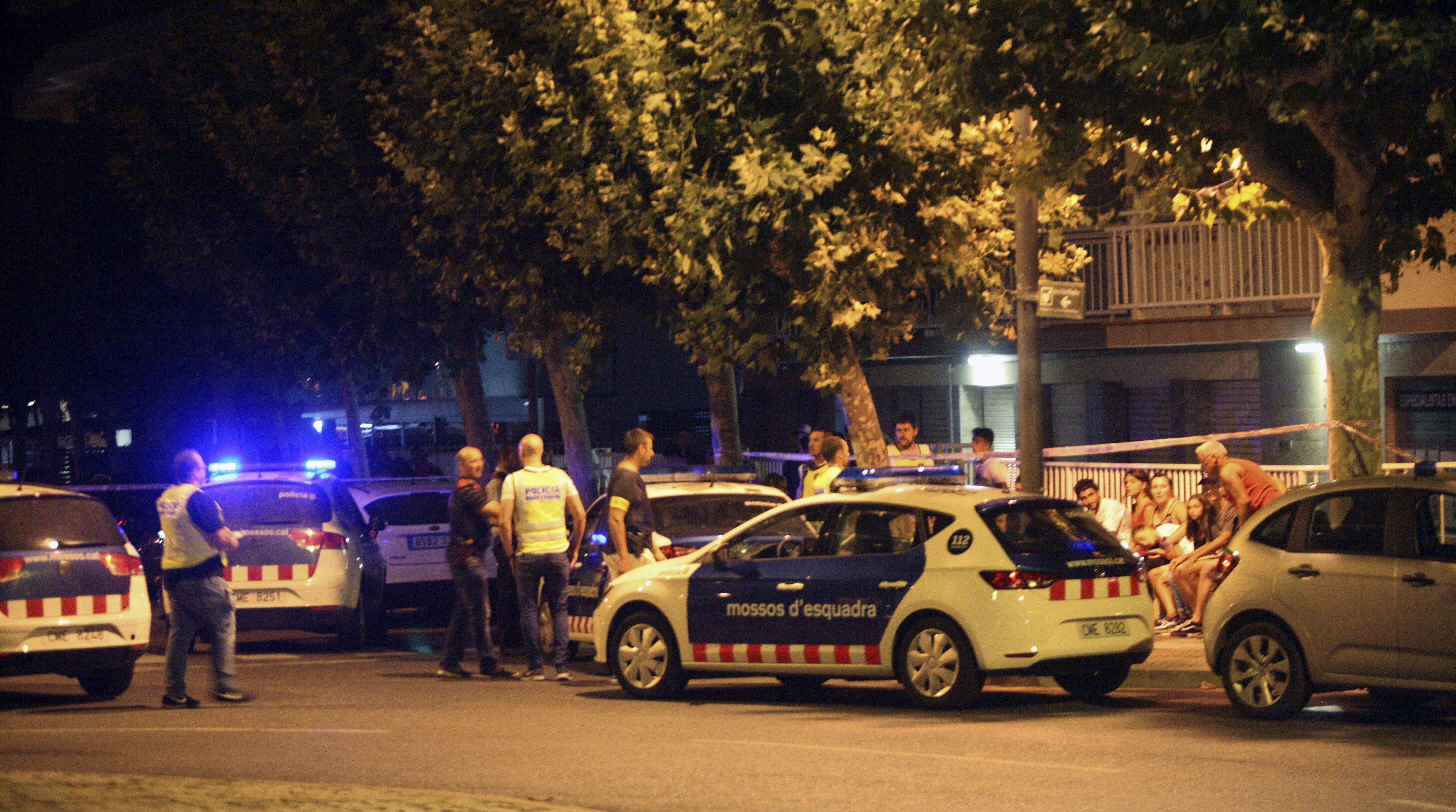 La policia inspecciona un cotxe a Cambrils (Tarragona). /JAUME SELLART