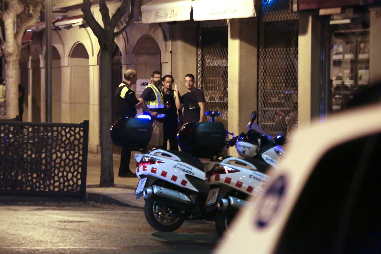 Membres de les forces seguretat, aquesta matinada a la zona de l'atemptat a Cambrils (Tarragona), on cinc presumptes terroristes han estat abatuts pels Mossos després d'haver atropellat amb un vehicle sis persones en el Passeig Marítim de la localitat. /DAVID GONZÁLEZ
