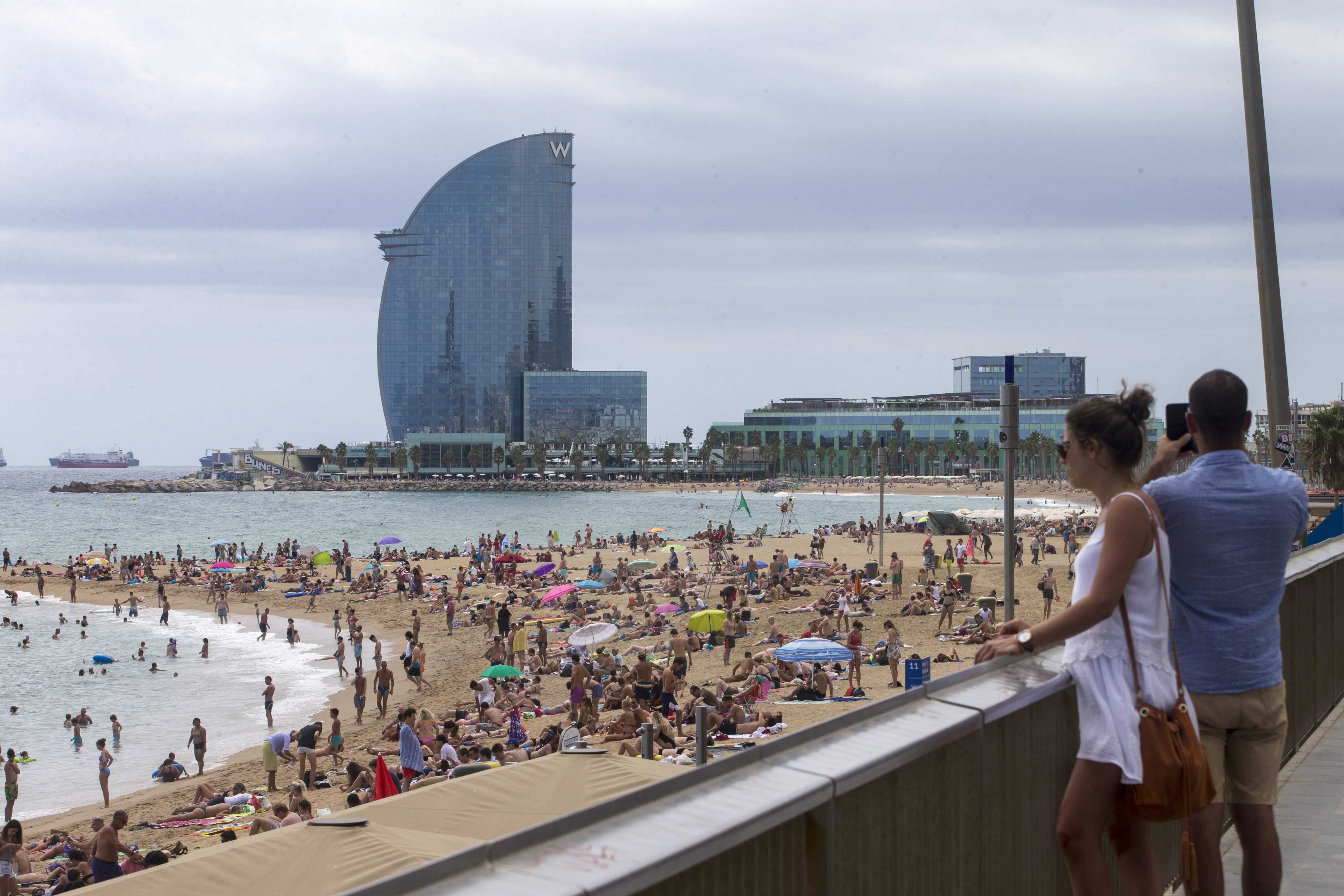 Vista de la platja de la Barceloneta, que recupera la normalitat després de l'atemptat del passat dijous a Barcelona. /QUIQUE GARCÍA