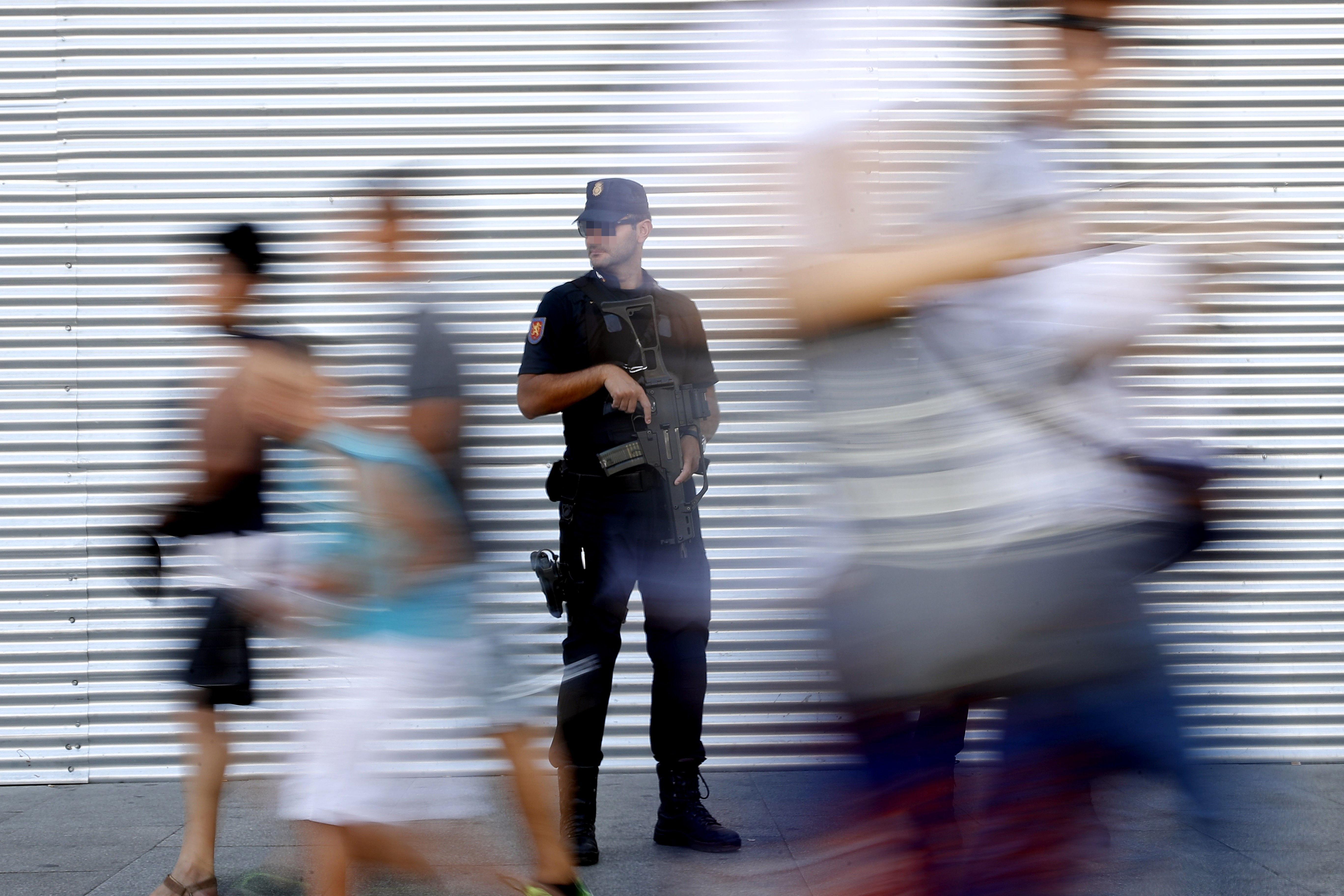 Agents de la Policia Nacional als voltants de la Puerta del Sol, Madrid. /JUAN CARLOS HIDALGO