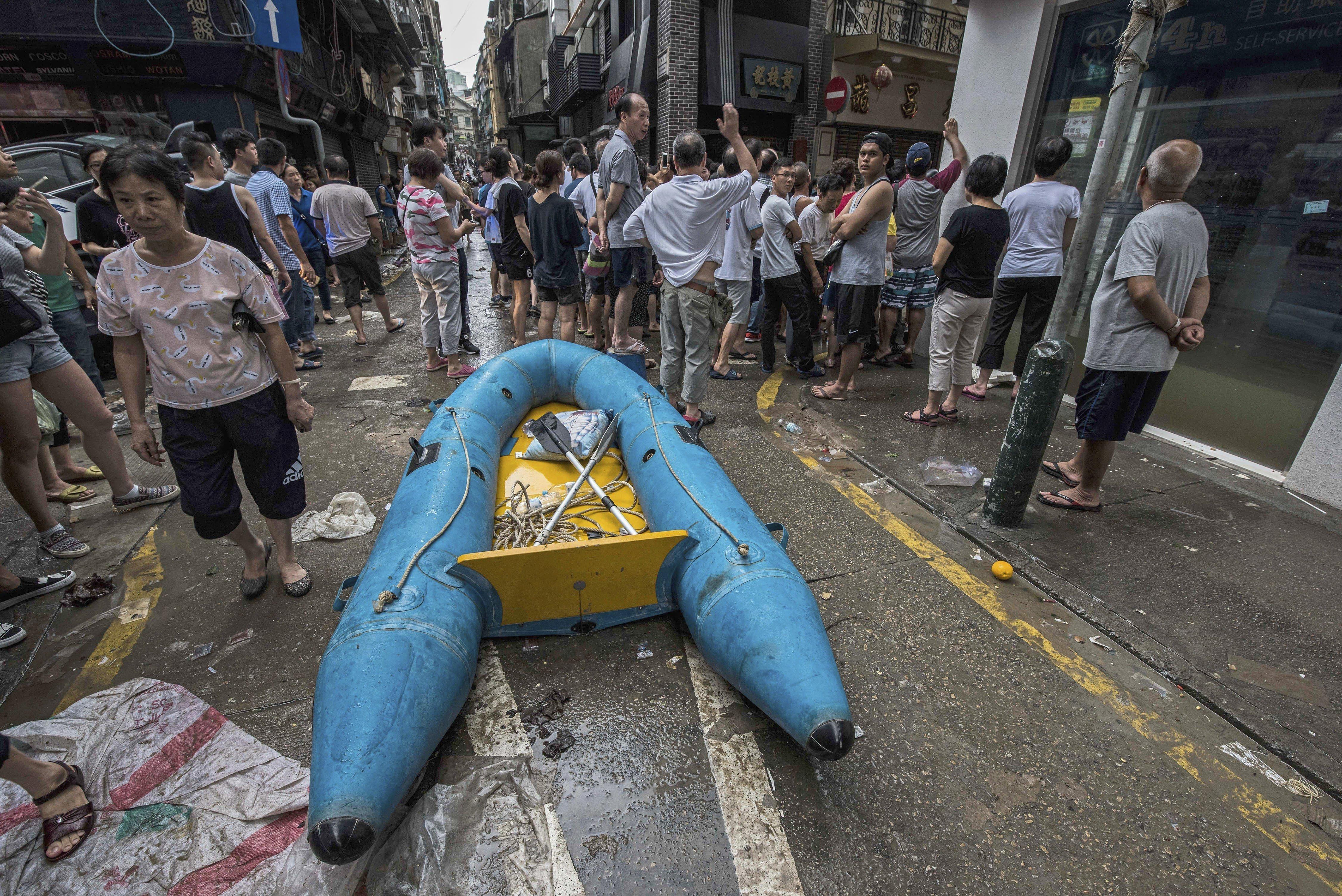 Destrosses a un carrer després del pas del tifó Hato a Macau, la Xina. Tres persones han mort i altres dues estan desaparegudes del tifó, el més fort dels últims 18 anys./Antonio Mil-Homes
