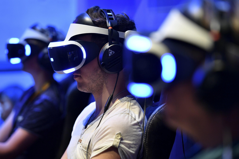 Diverses persones fent servir ulleres de realitat virtual a la Gamescom, una de les majors fires de videojocs del món, a Colònia, Alemanya./Sascha Steinbach