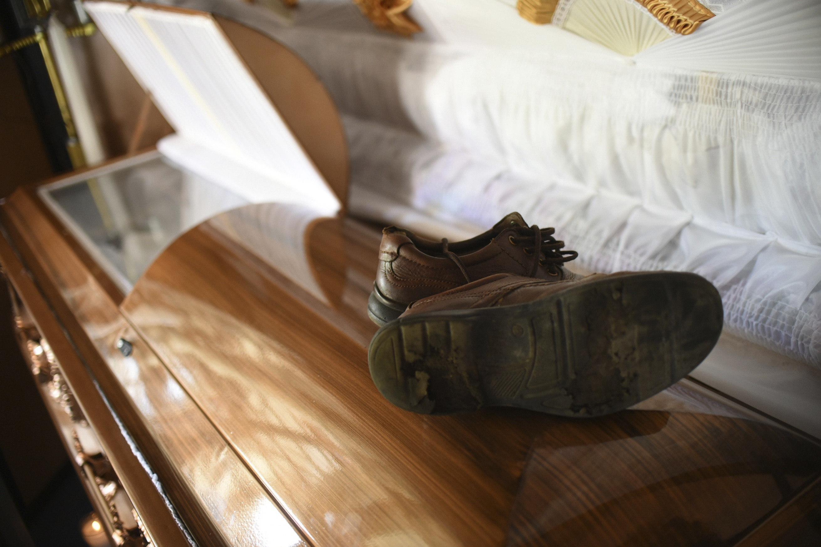Vista de les sabates del periodista assassinat Cándido Ríos Vázquez, sobre el fèretre que contenen les seves restes mortals. /ÁNGEL HERNÁNDEZ