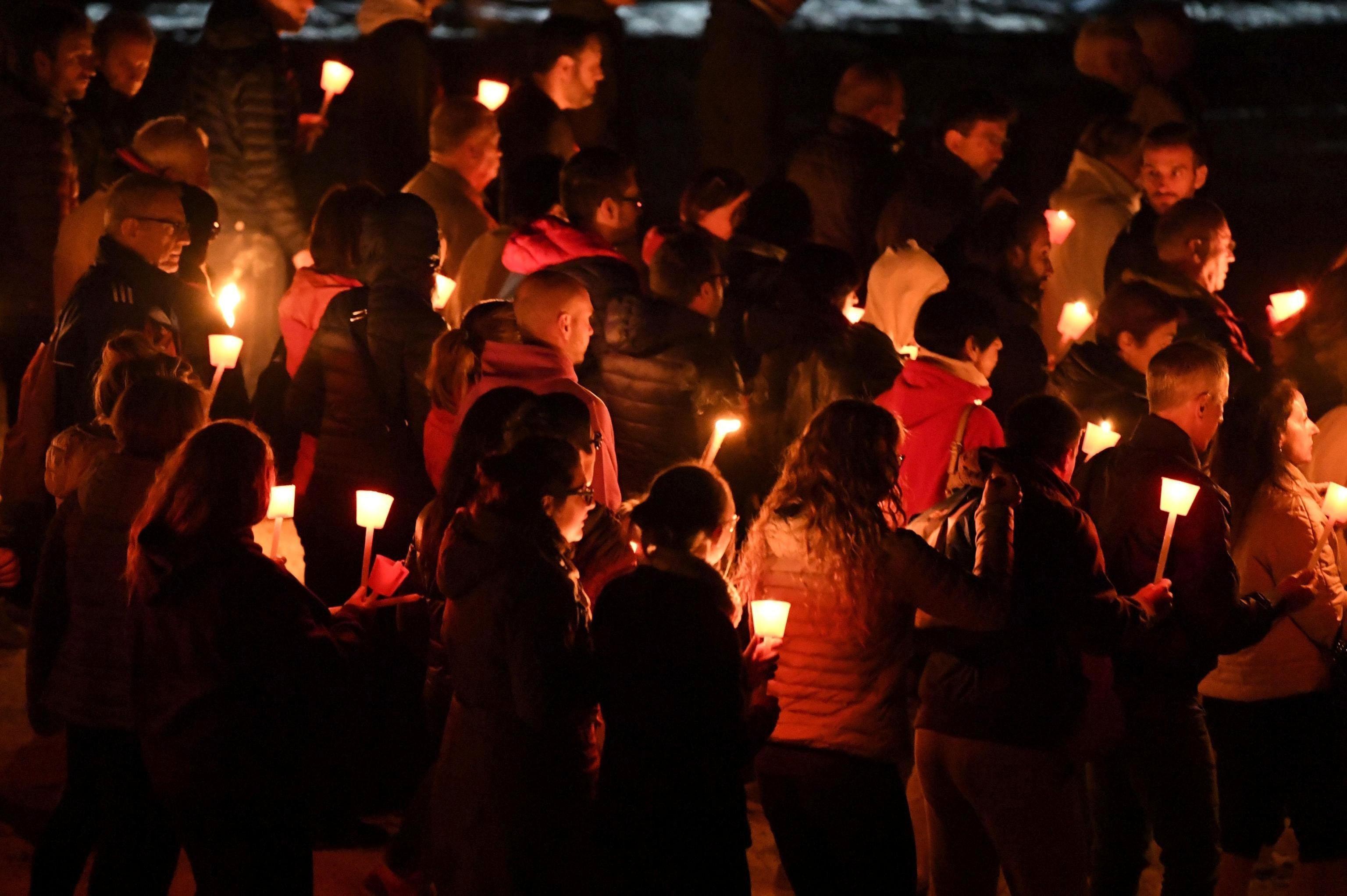 Diverses persones participen en una vigília pel primer aniversari del terratrèmol registrat a Amatrice, Itàlia. /EMILIANO GRILLOTTI