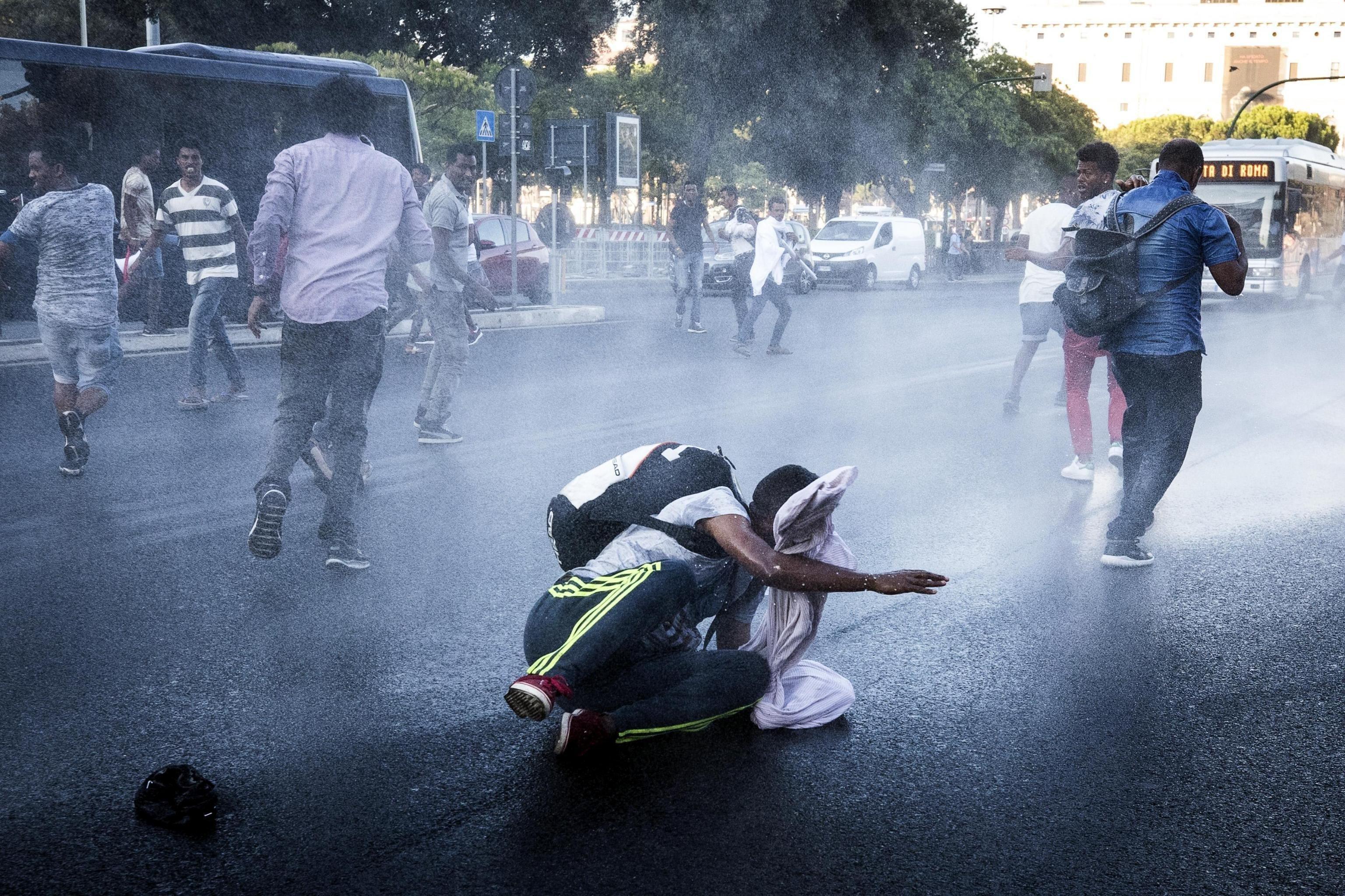 La policia utilitza canons d'aigua per dispersar un centenar d'immigrants que protesten a la plaça de la Independència a Roma (Itàlia). /ANGELO CARCONI