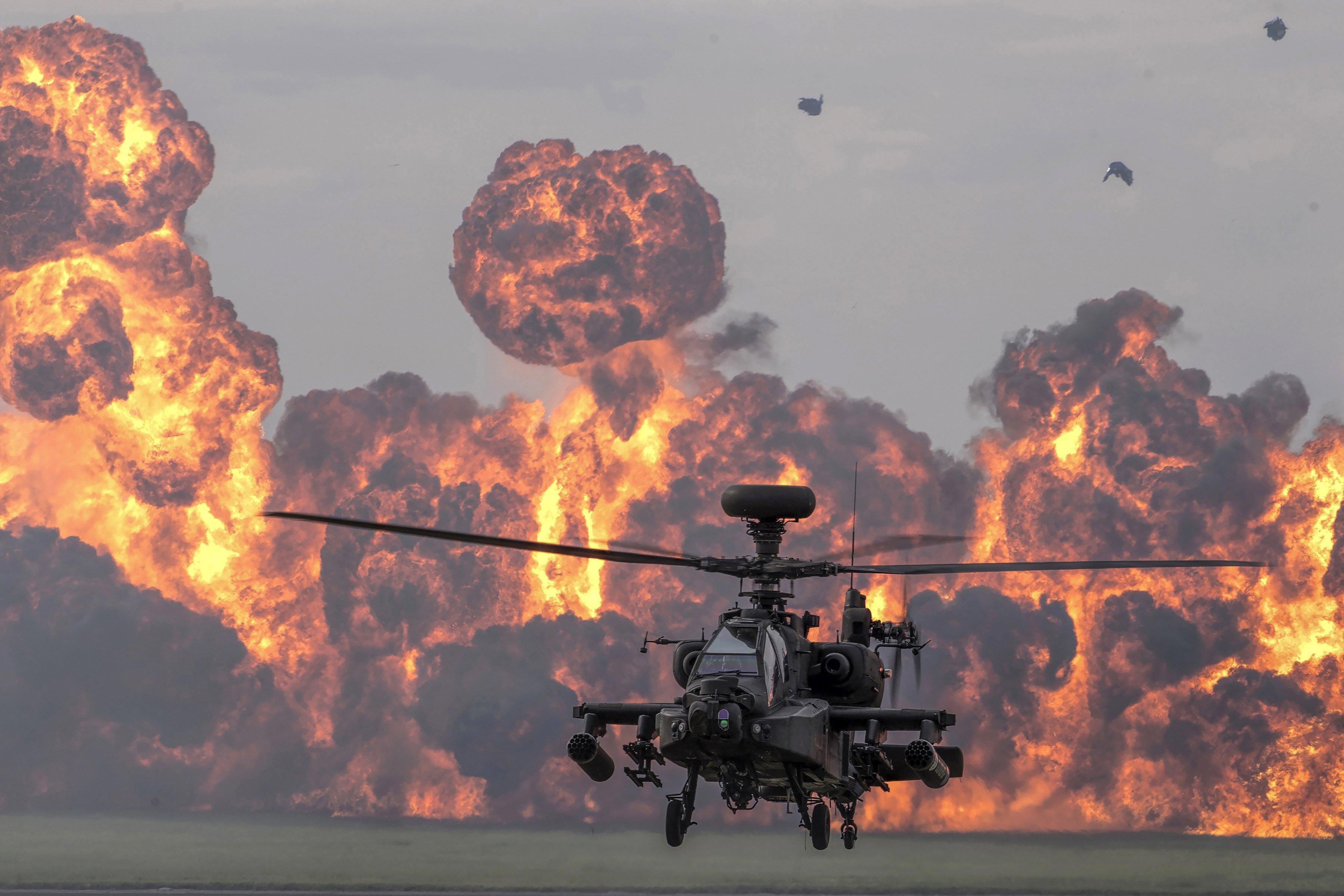 Un helicòpter d'atac Apatxe, del Cos Aeri de l'Exèrcit Britànic, de l'Equip d'Exhibició d'Helicòpters d'Atac, en una exhibició, per celebrar el 60 aniversari del Cos Aeri de l'Exèrcit i el 75 aniversari dels Enginyers Elèctrics i Mecànics Reals, a Wattisham, Anglaterra. /JAMIE PETERS