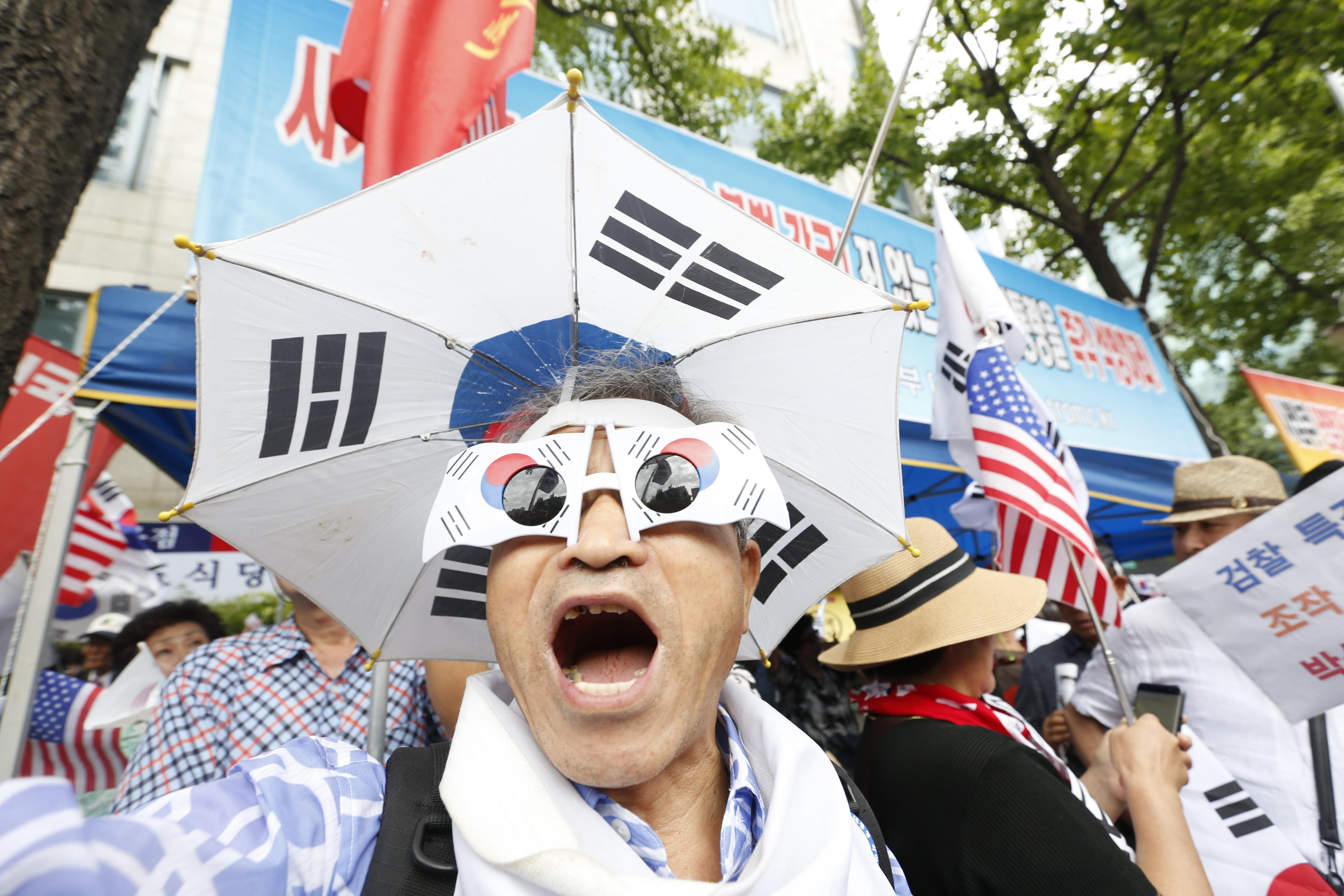 """Un grup de simpatitzants mostren el seu suport a l'hereu de Samsung, Lee Jae-Yong, davant el Tribunal del Districte Central de Seül, Corea del Sud. L'hereu i líder de facto de Samsung, Lee Jae-yong, ha estat condemnat a cinc anys de presó per la seva implicació en el cas de corrupció de la """"Rasputina""""./Jeon Heon-Kyun"""