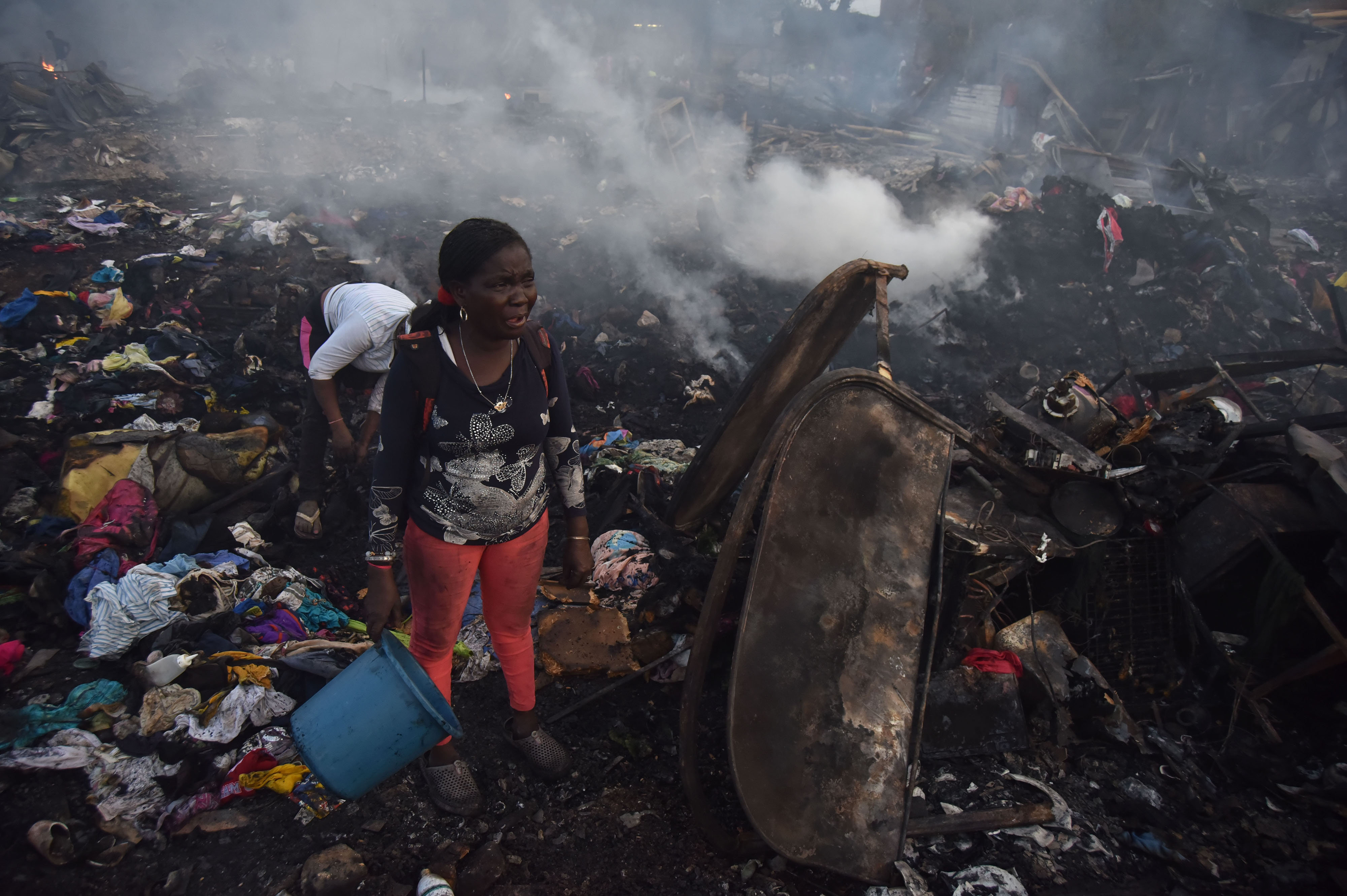 Una dona plora en perdre la seva casa en un incendi que ha destruït prop de 80 habitatges. /ERNESTO GUZMÁN JR