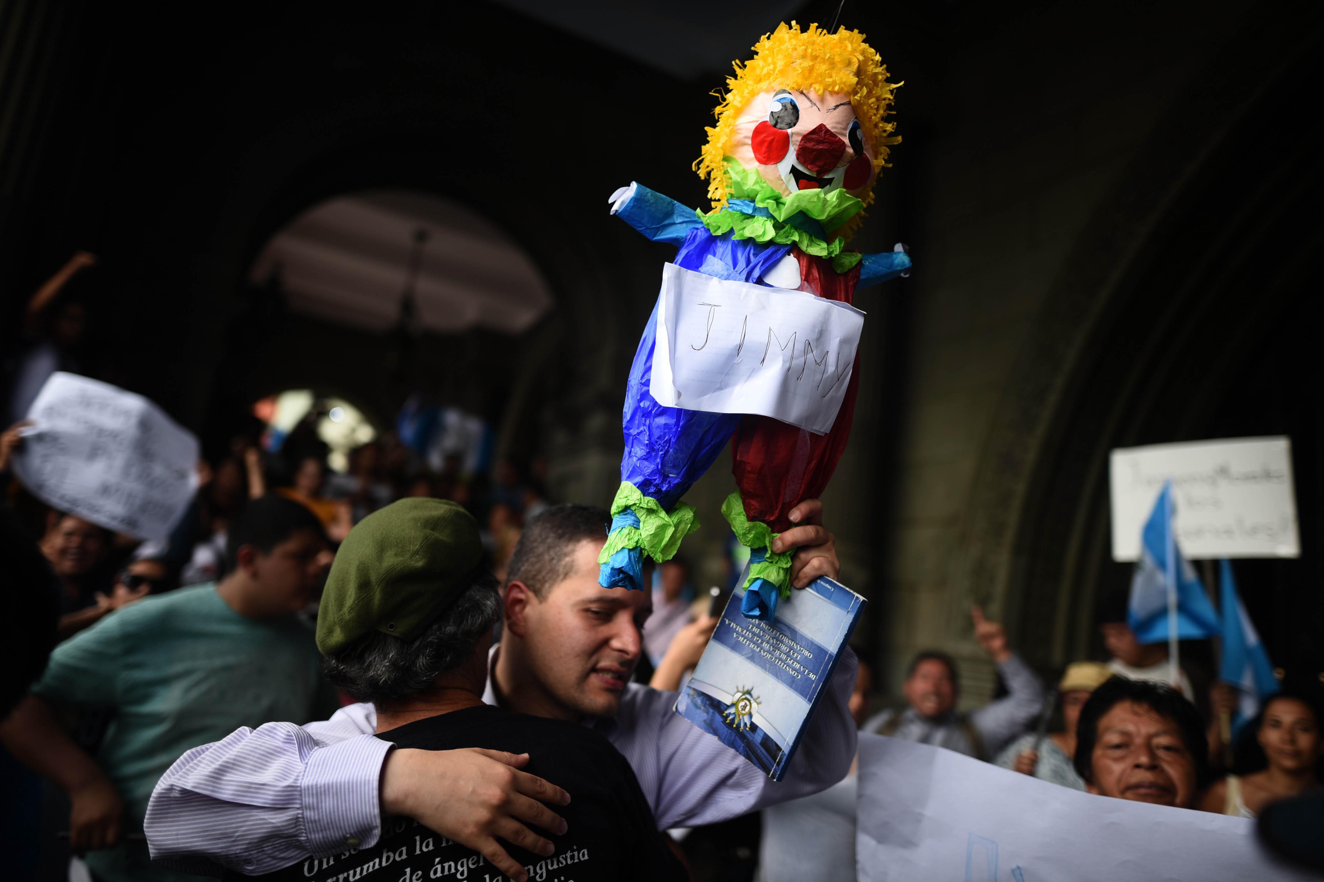 """Guatemalencs es manifesten contra el president Jimmy Morales, per declarar """"persona non grata"""" al titular de la Comissió Internacional Contra la Impunitat a Guatemala (CICIG), Iván Velasquez. /EDWIN BARCÍAN"""