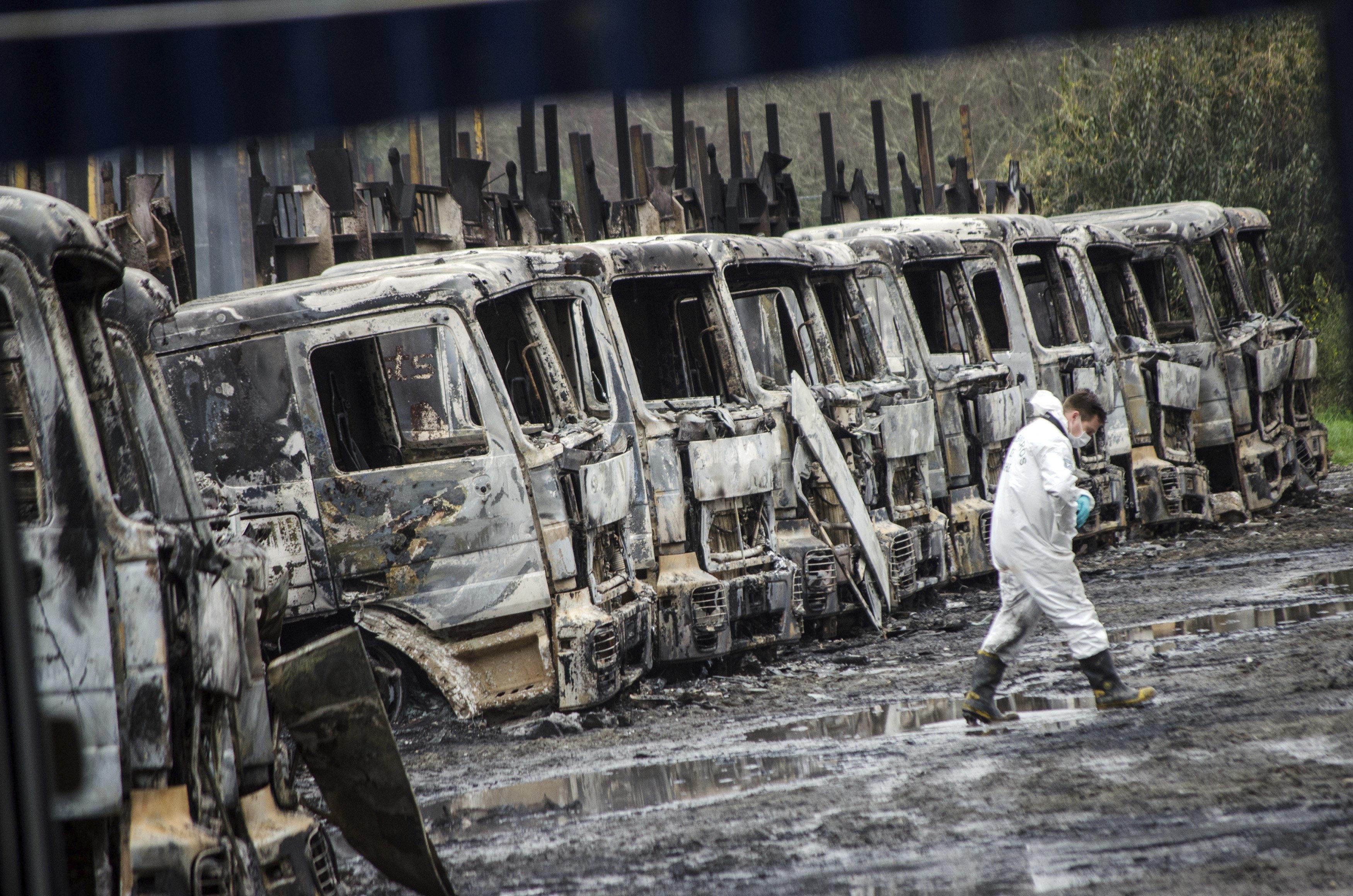 Un agent de policia recapta informació en el lloc on van ser cremats 29 camions al sud de Xile. /CAMILO TAPIA