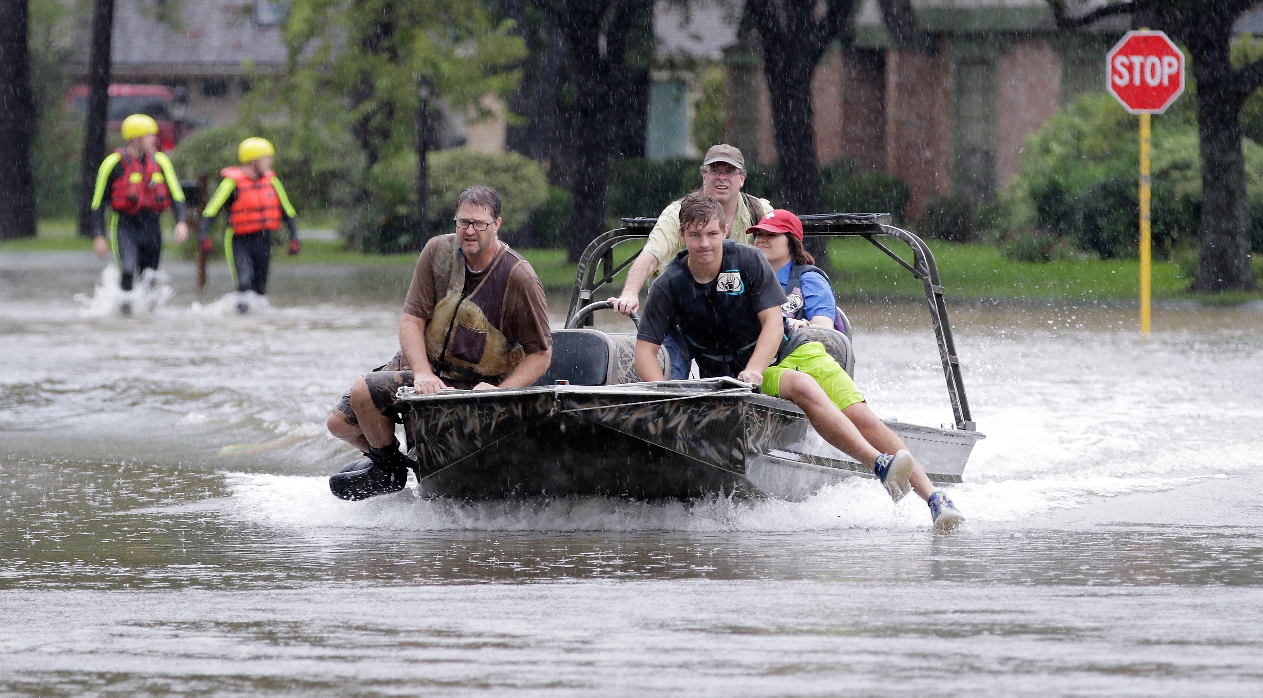 Voluntaris amb barca cerquen residents atrapats després de l'huracà Harvey a Houston (EUA). /MICHAEL WYKE