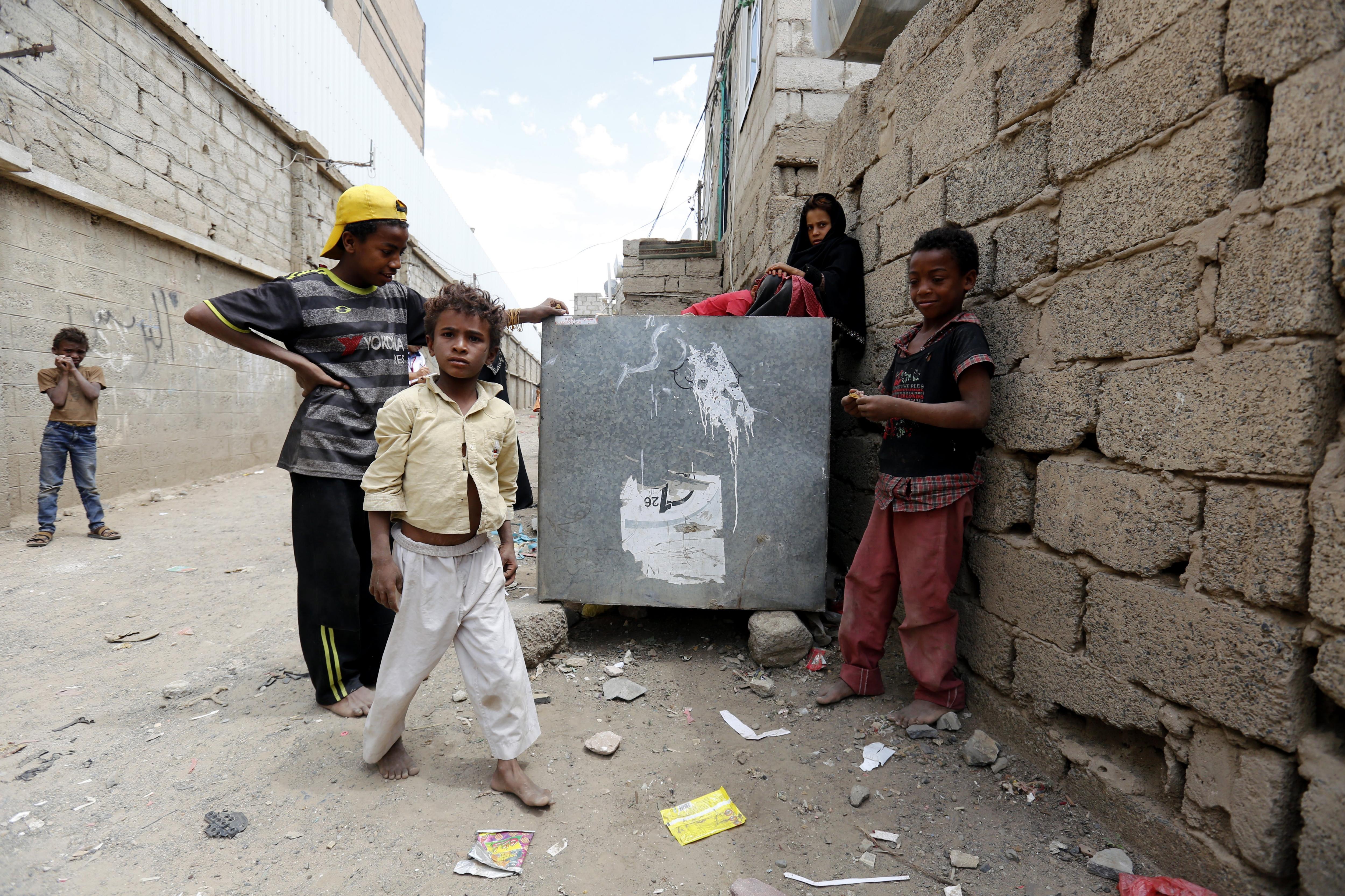 Nens iemenites juguen en un barri pobre de Iemen. /YAHYA ARHAB