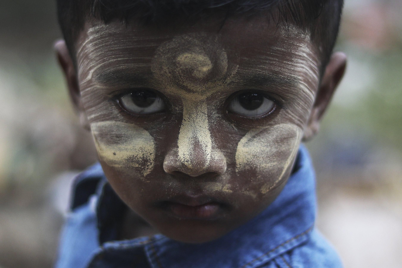 Estahara, de 3 anys, de l'ètnia rohingya posa per al fotògraf durant les celebracions de la Festa del Sacrifici a Kuala Lumpur (Malàisia). /FAZRY ISMAIL