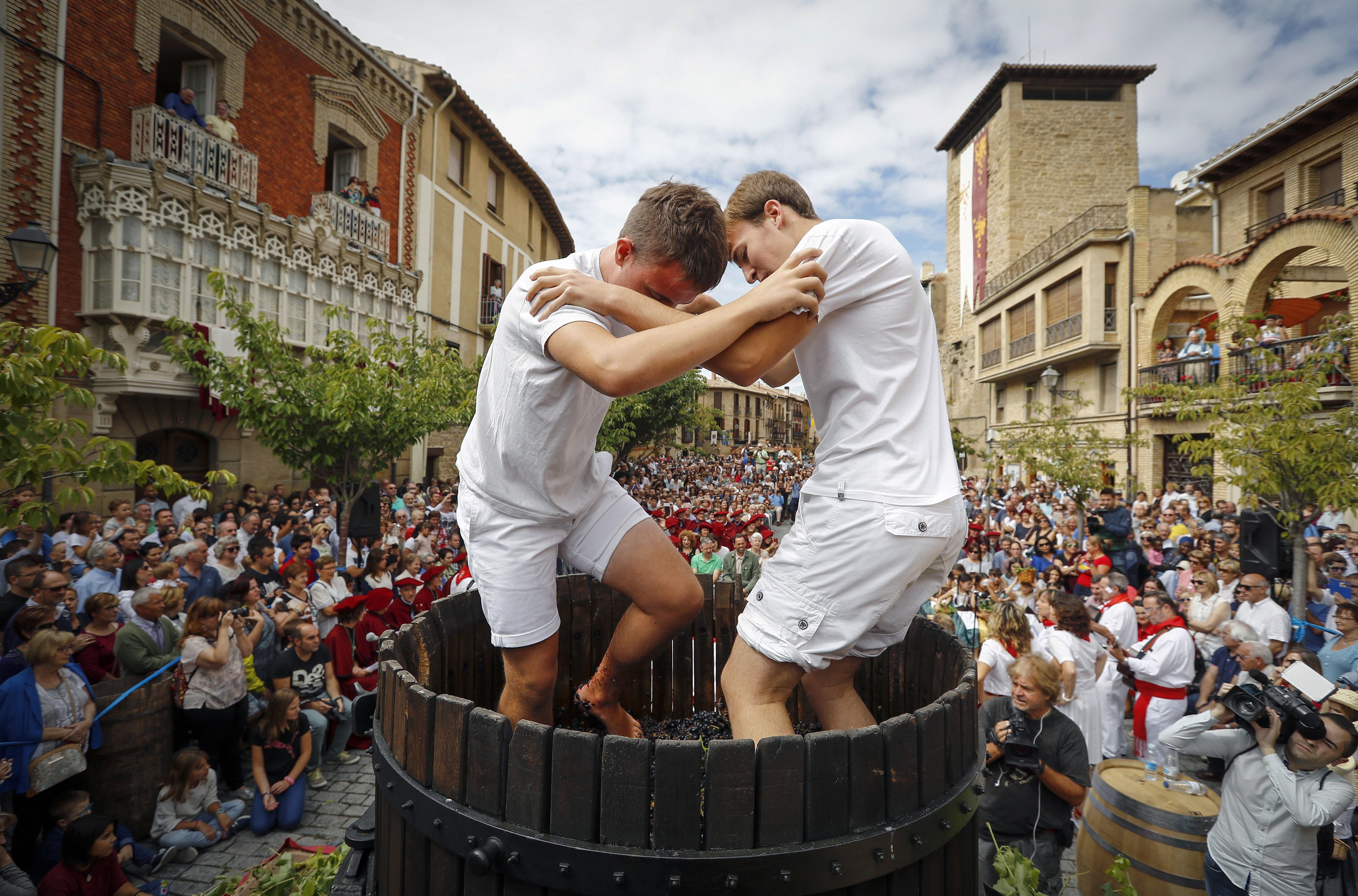 Dos joves durant la tradicional trepitjada del raïm a la Festa de la Verema de Navarra. /VILLAR LÓPEZ