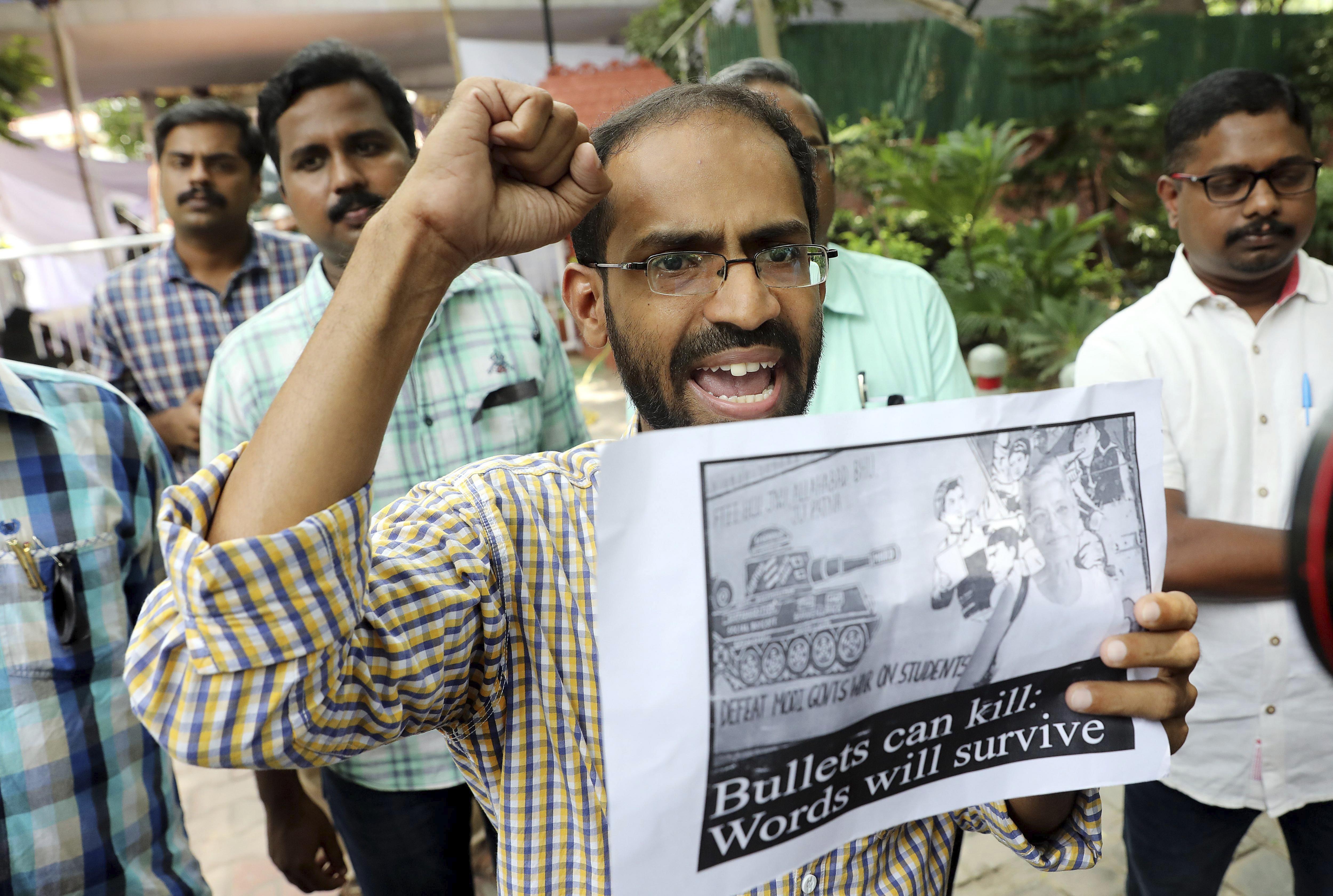 """Un home sosté una pancarta en la qual es pot llegir """"Les bales poden matar, les paraules sobreviuran"""" mentre treballadors de diversos mitjans de comunicació protesten contra l'assassinat de la prestigiosa periodista índia Gauri Lankesh a Nova Delhi (Índia). /HARISH TYAGI"""