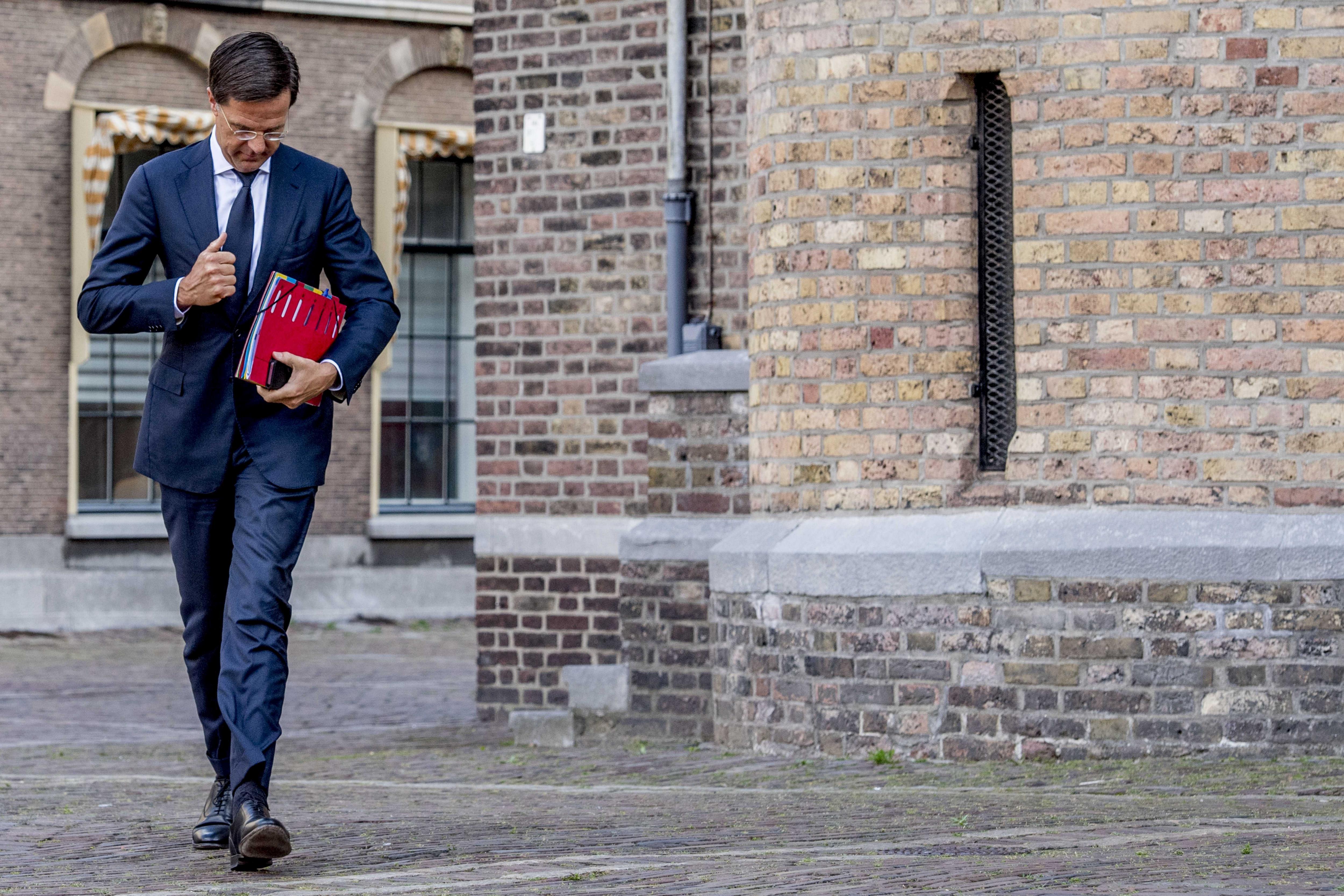 El primer ministre holandès, Mark Rutte, a la seva arribada al Parlament per reunir-se amb els líders dels partits CDA, ChristenUnie i el D66 per formar coalició, a la Haia, Holanda. /ROBIN UTRECHT