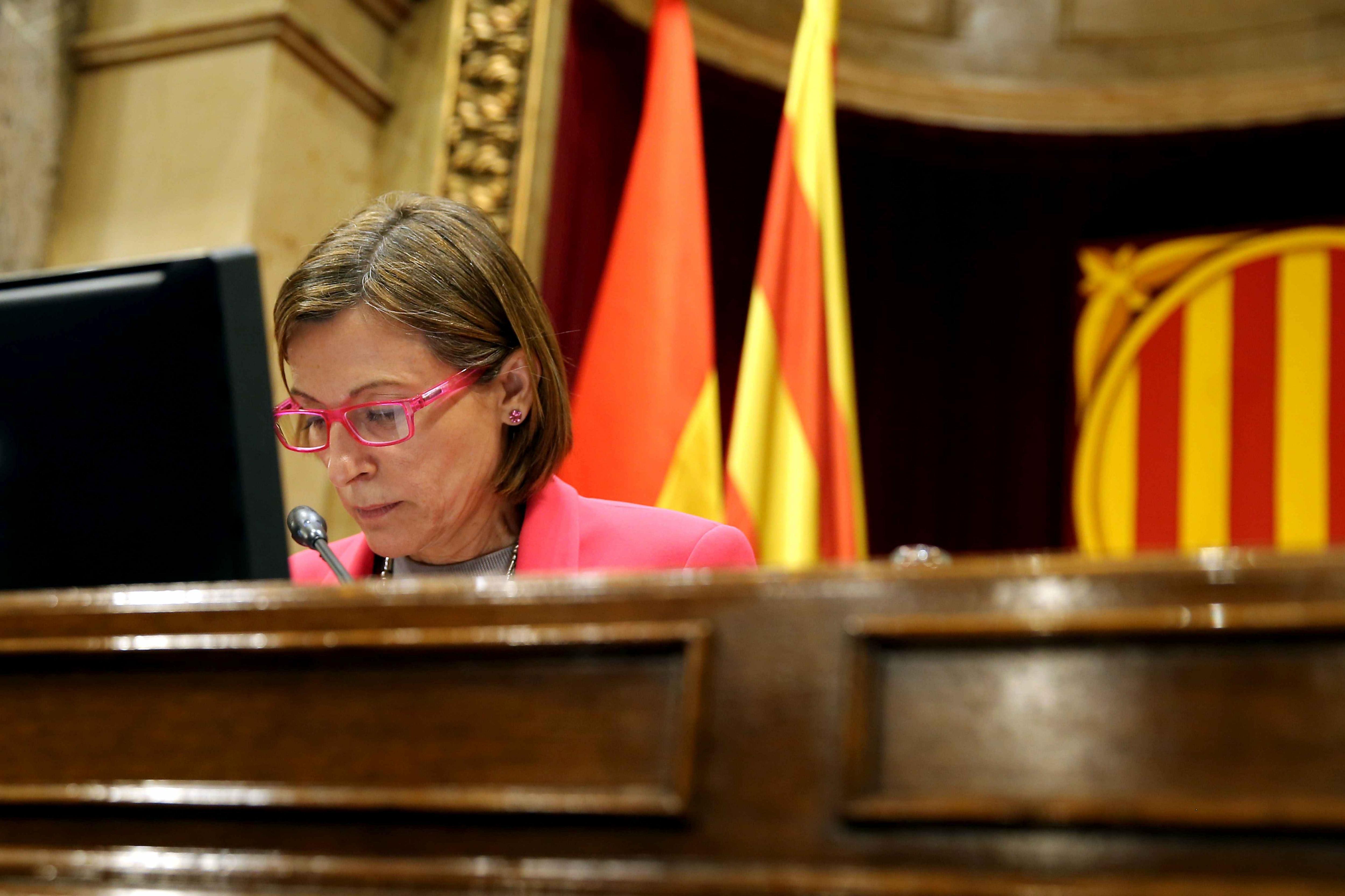 La presidenta del Parlament de Catalunya, Carme Forcadell, durant la sessió del ple, en la qual Junts pel Sí i la CUP han forçat la inclusió en l'ordre del dia el debat i votació de la llei del referèndum. /TONI ALBIR
